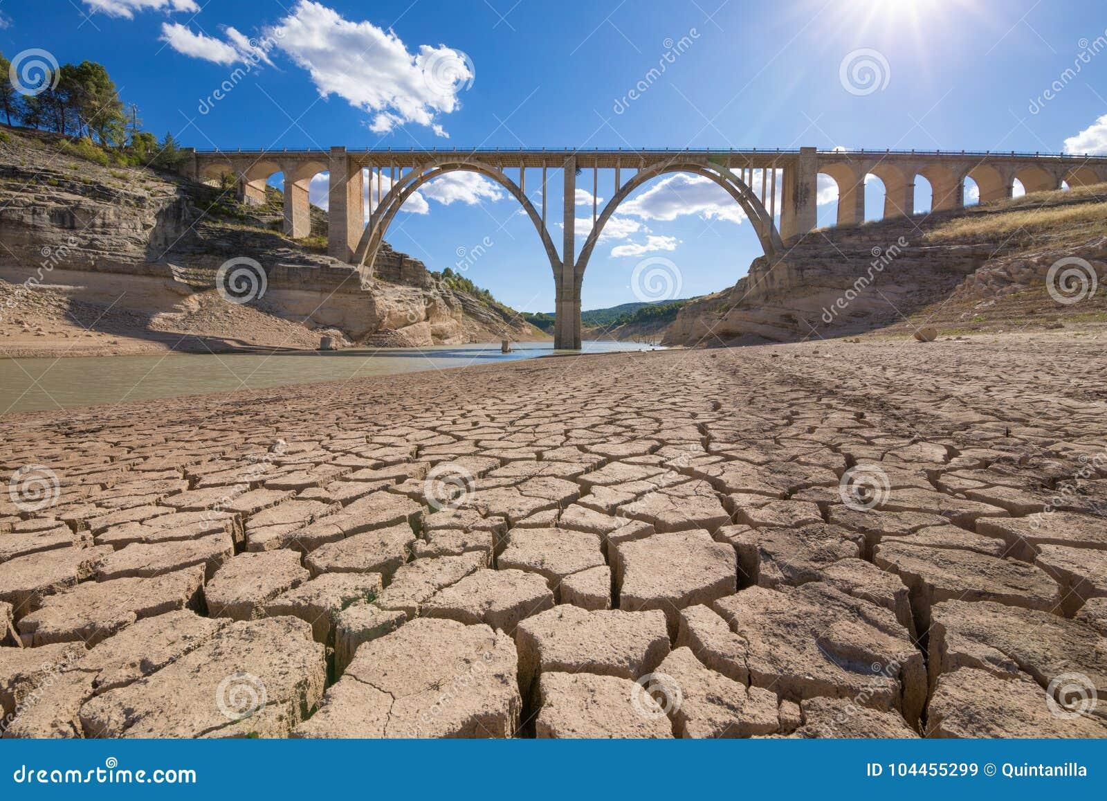 Torka i spansk behållare med viadukten