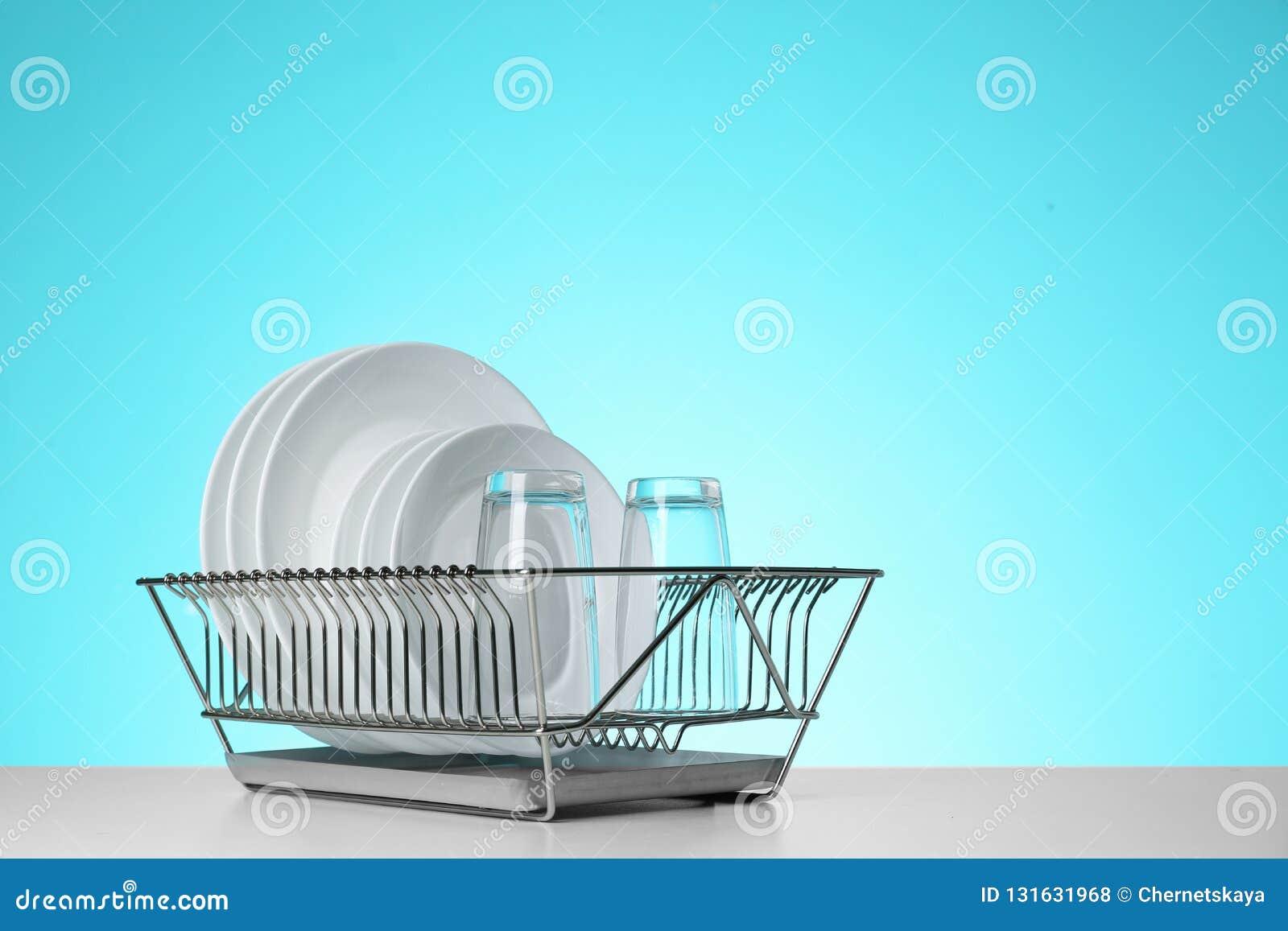 Torka kuggen med ren disk och exponeringsglas på tabellen mot färgbakgrund
