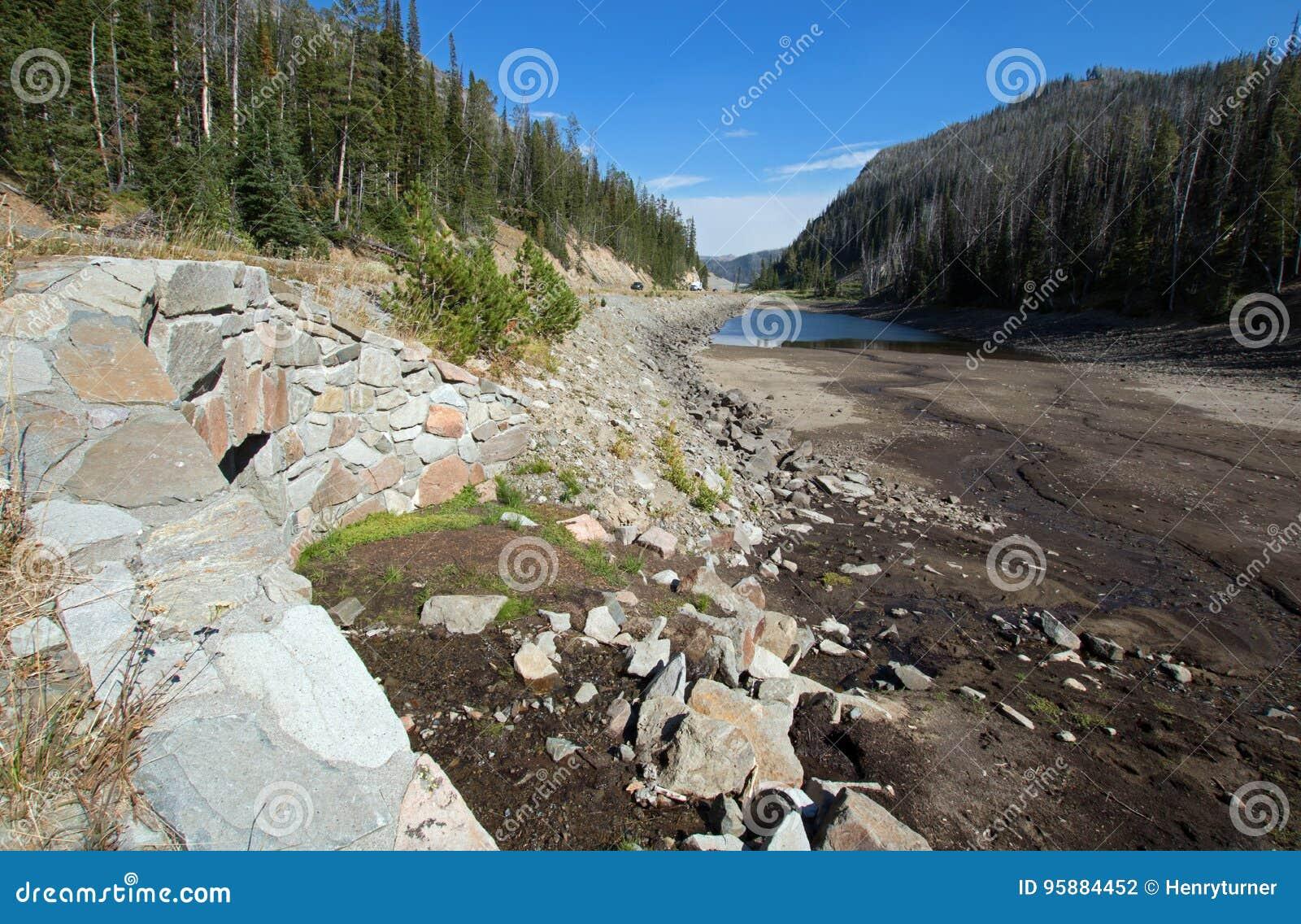 Torka slågna Eleanor Lake på Sylvan Pass på huvudvägen till den östliga ingången av den Yellowstone nationalparken i Wyoming