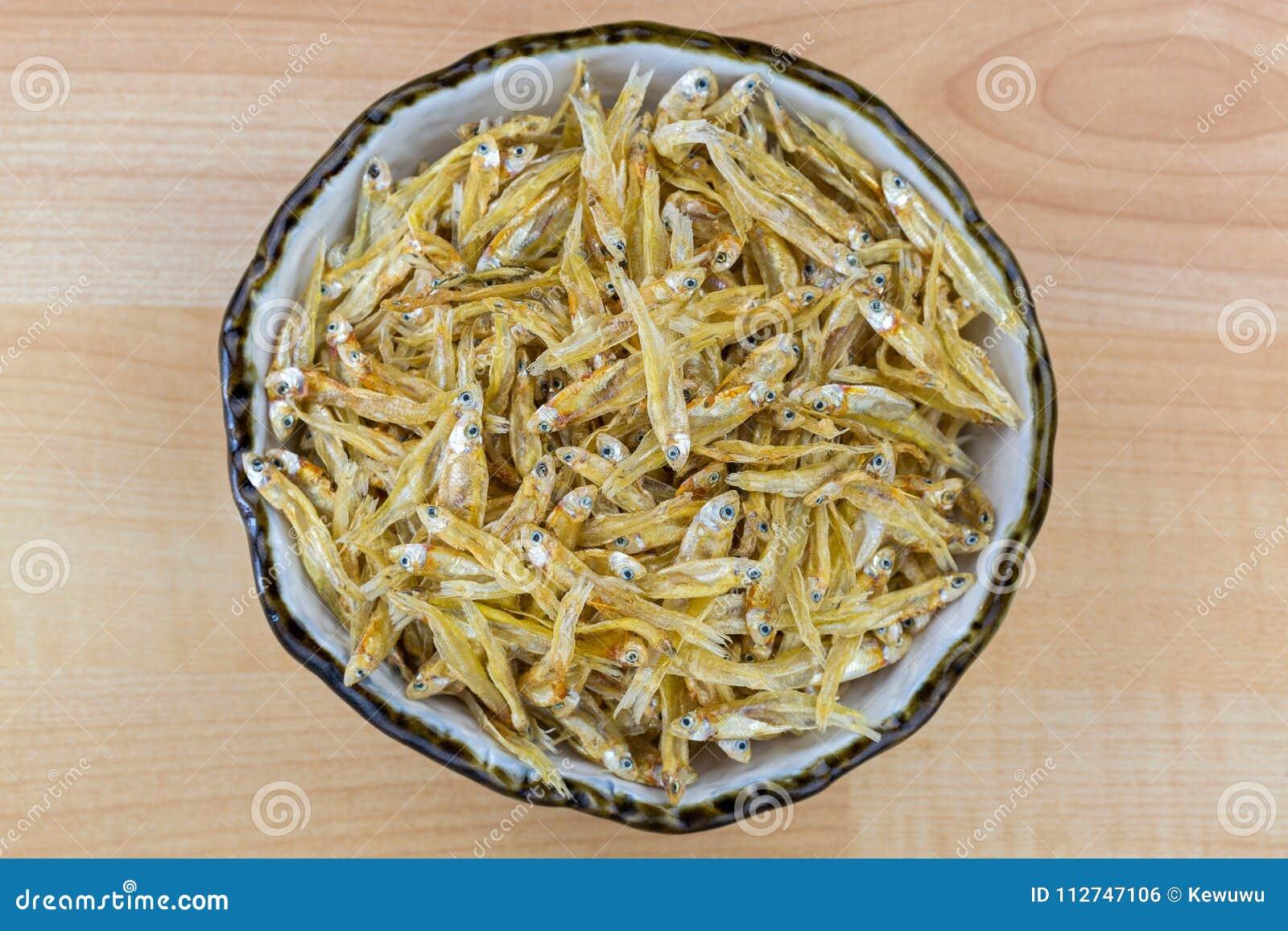 Torkad ansjovis i keramisk bunke Liten fisk för ansjovisar, bästa sikt