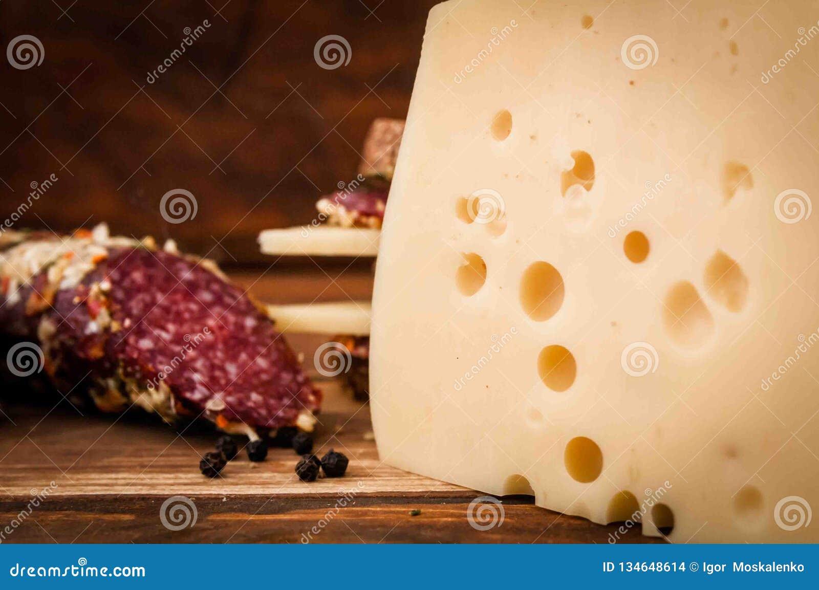 Torkad korv och ost med hål för frukost