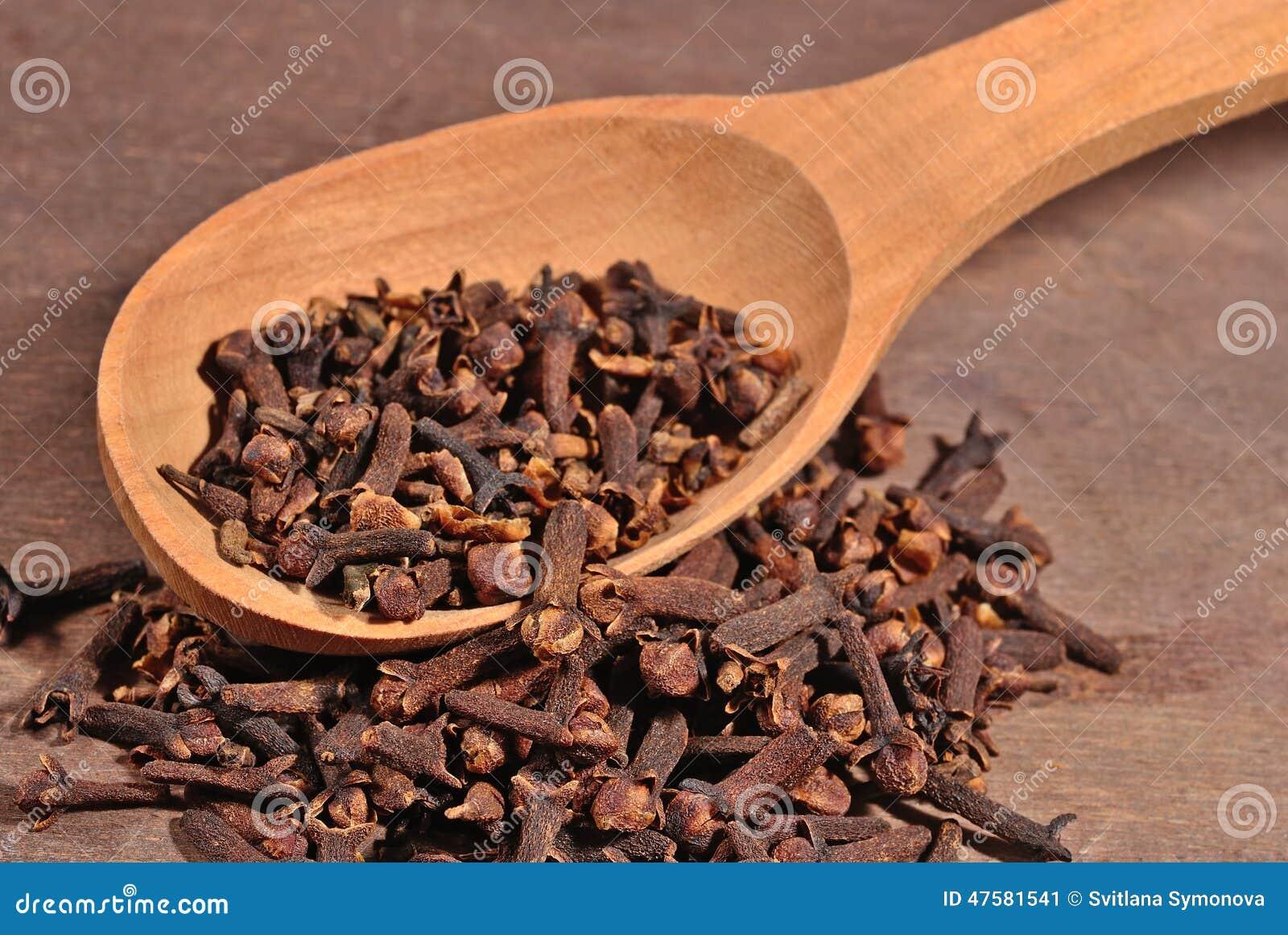 Torkad kryddnejlika i en sked