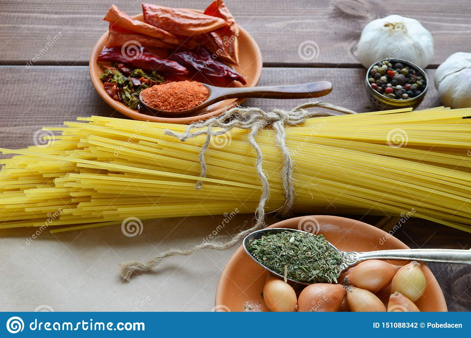 Torkad pasta band med rad med kryddor