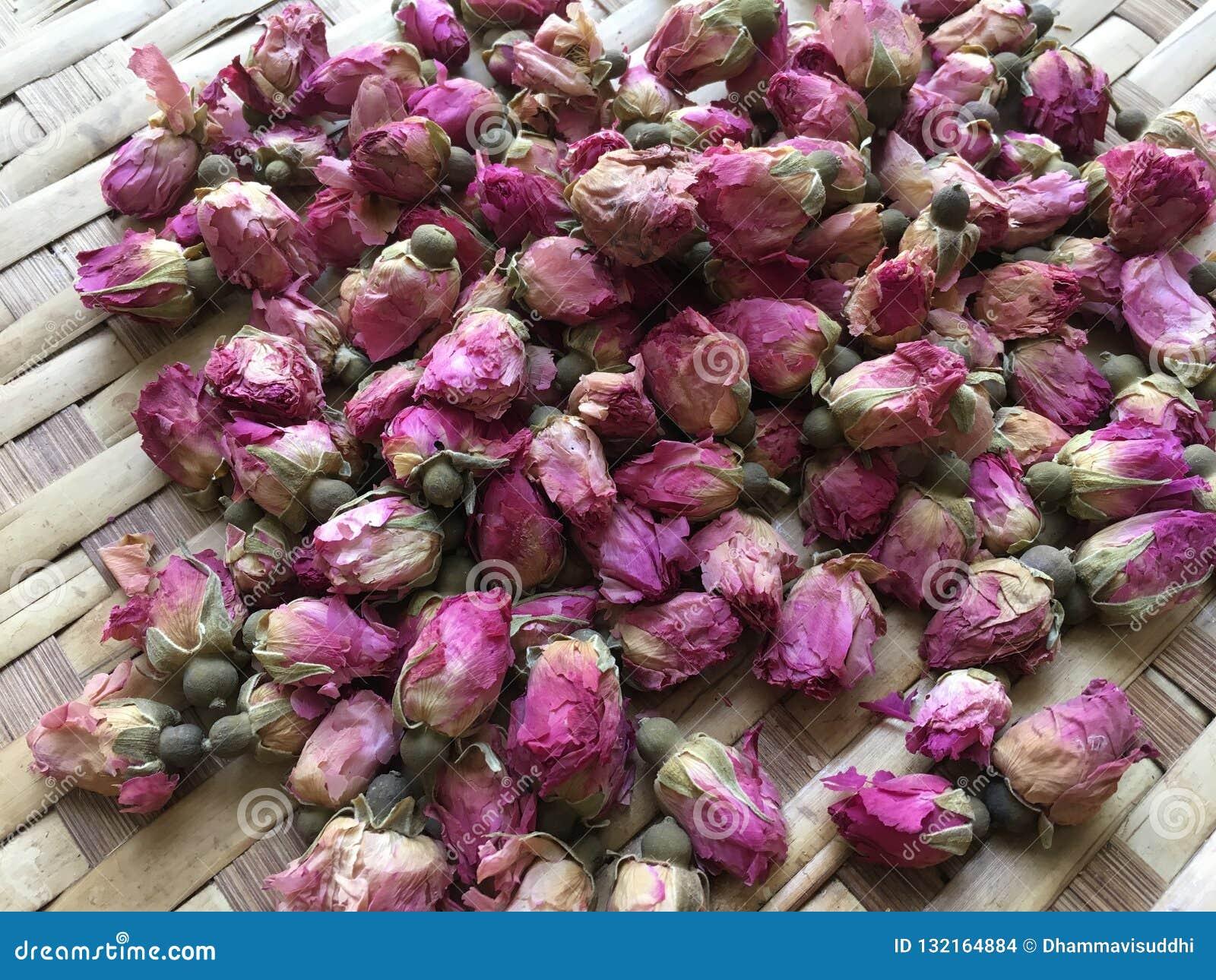 Torkade rosa damast rosebuds på plan korg för bambu
