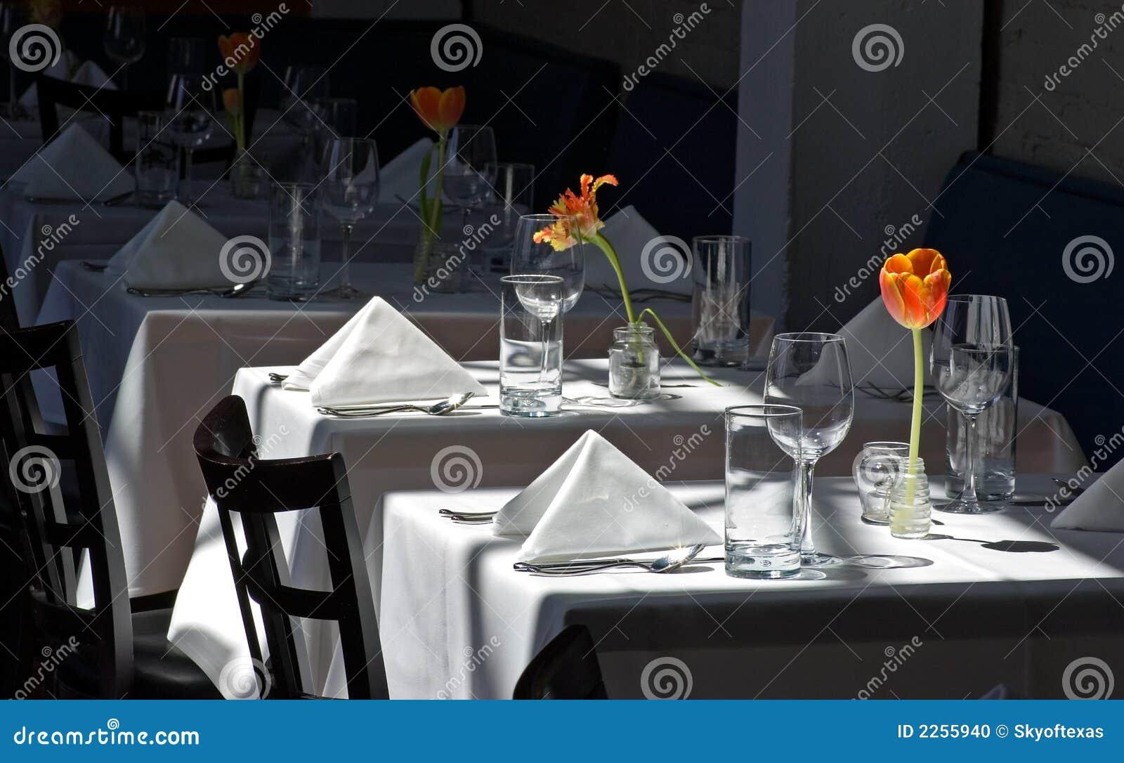 Torkdukerestaurangen tables white
