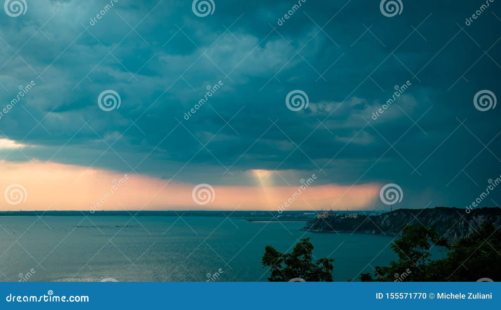 Tormenta de la puesta del sol en el cielo sobre Trieste