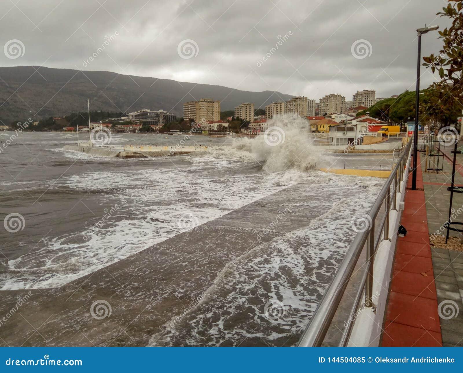 Tormenta en el mar, embarcadero por el mar