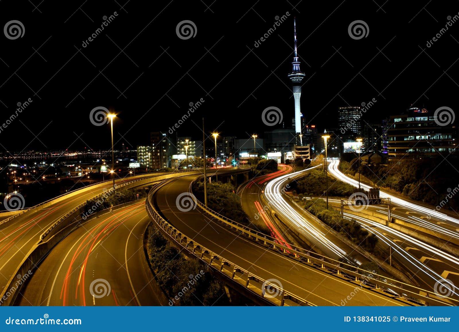 Torn för Auckland stadshimmel med långa exponeringsljusslingor