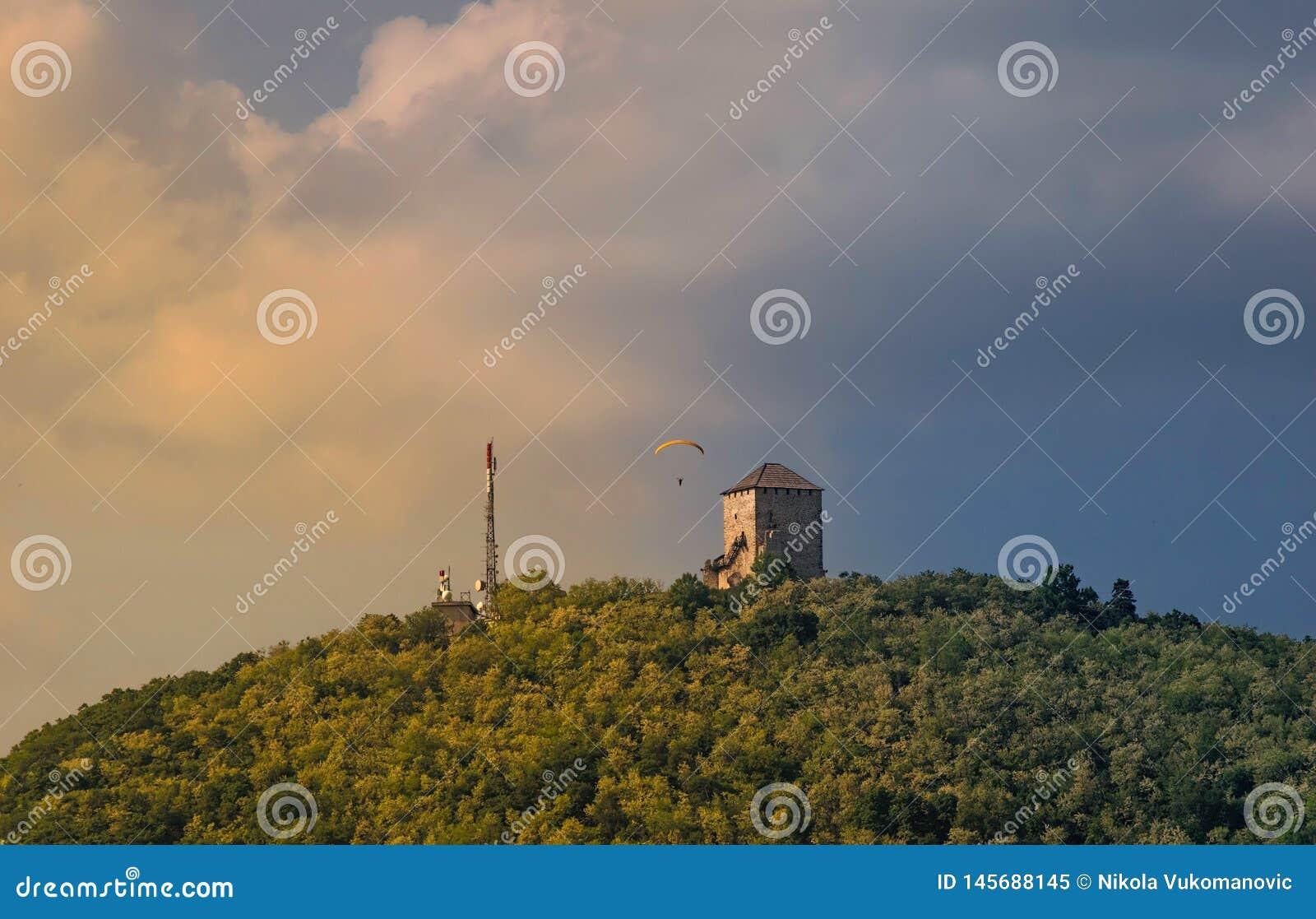 Torn i mitt av en härlig natur i den Vrsac staden