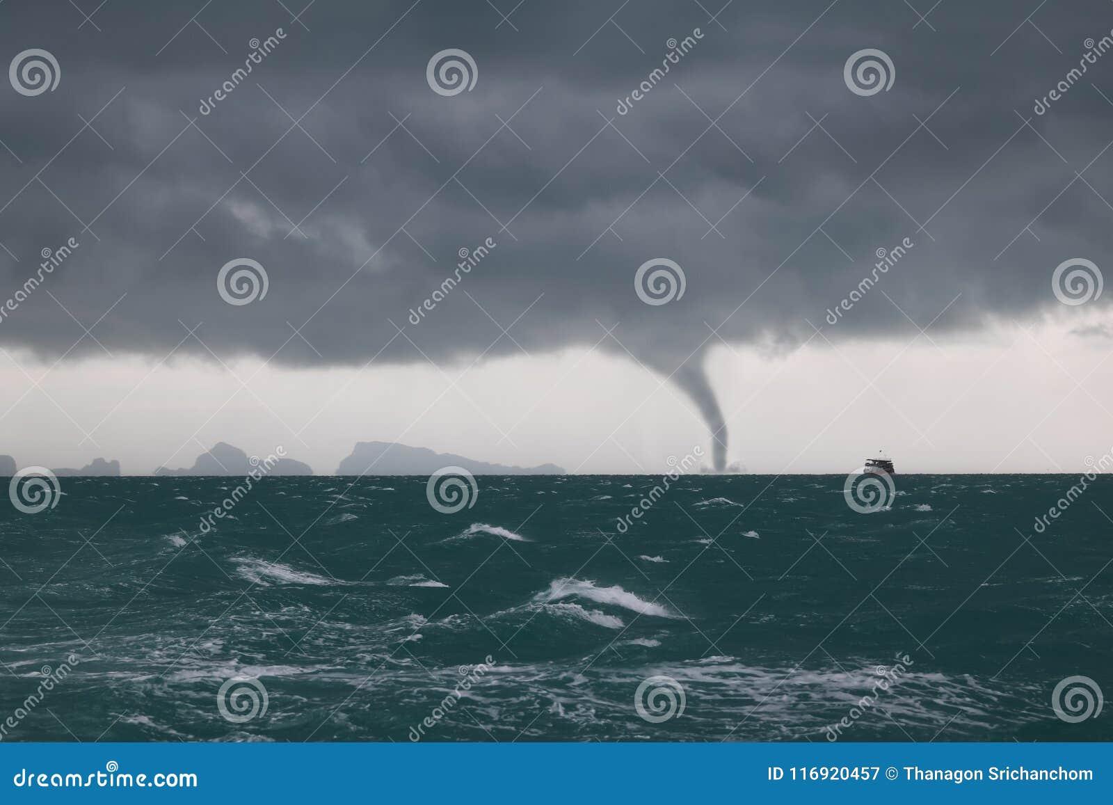 Tornado i burzy chmura w morzu podczas gdy statek żegluje