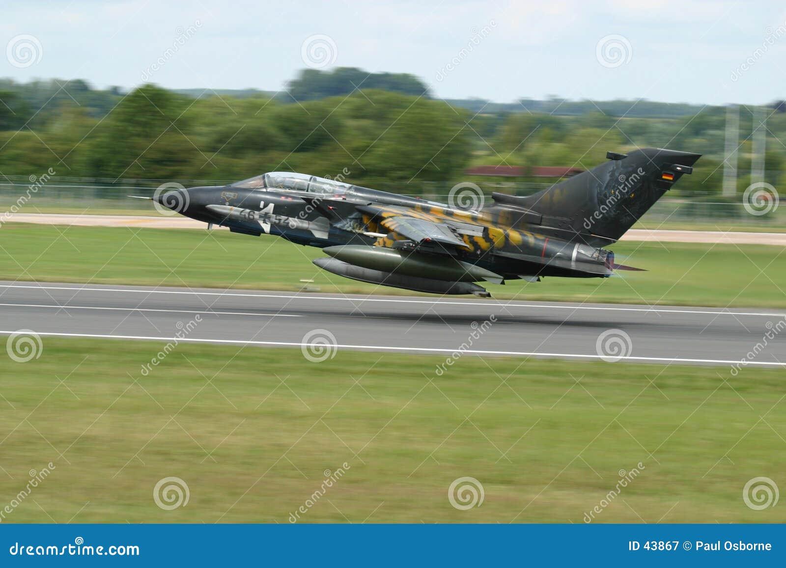 Download Tornadostart stockbild. Bild von tornado, krieg, bomber - 43867