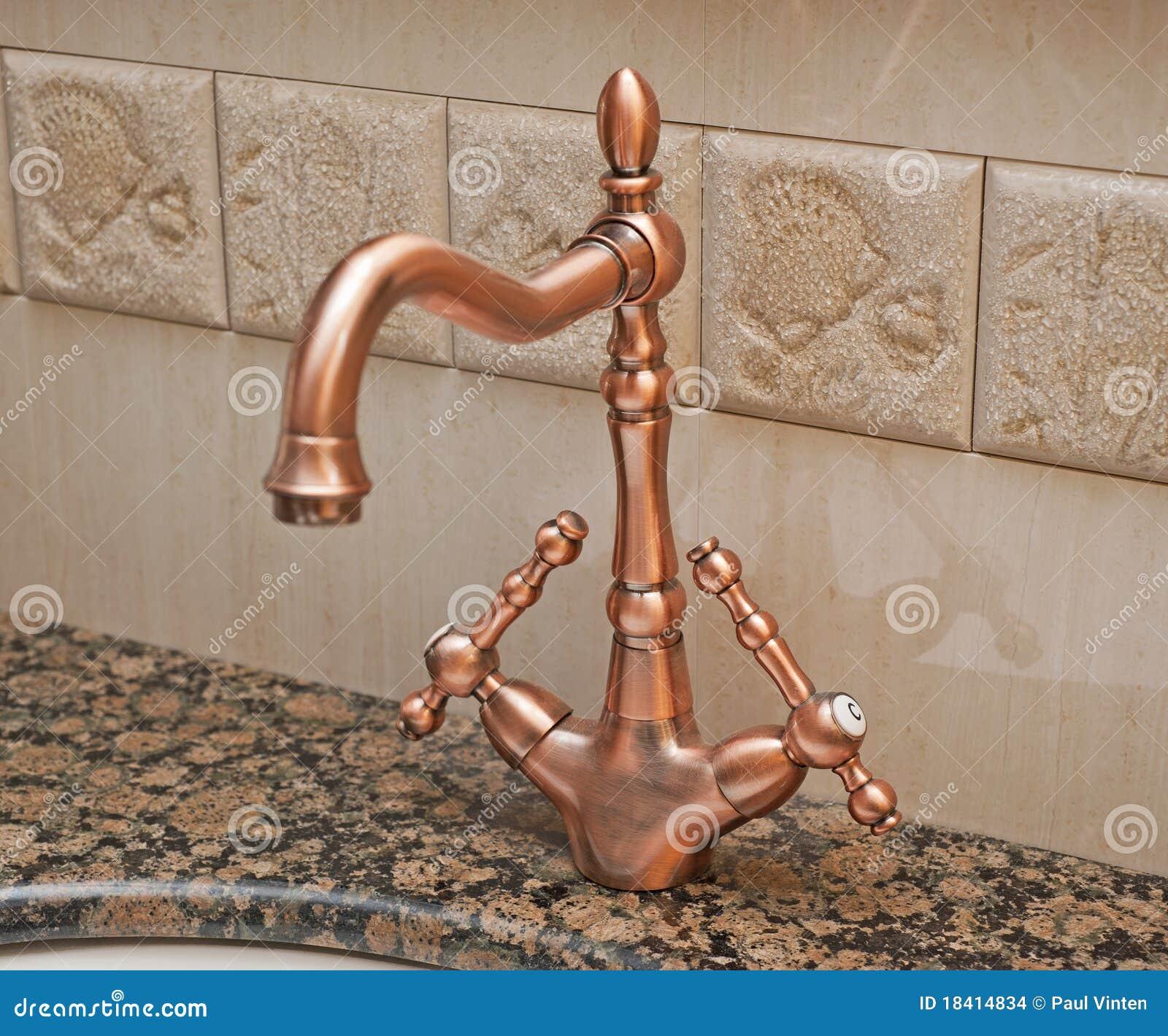 Torneira Do Banheiro Em Um Washbasin Imagens de Stock Imagem  #84A724 1300 1171
