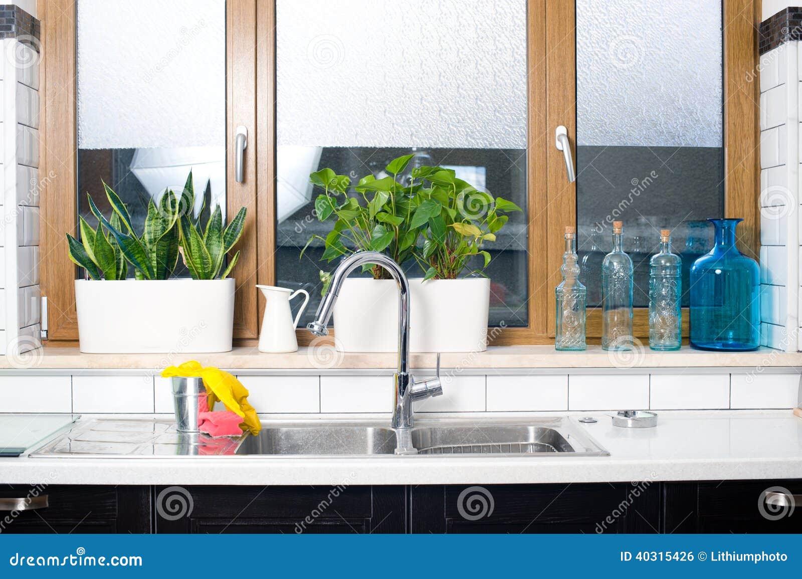 : Torneira e dissipador de água em um interior da cozinha do vintage #446927 1300 955