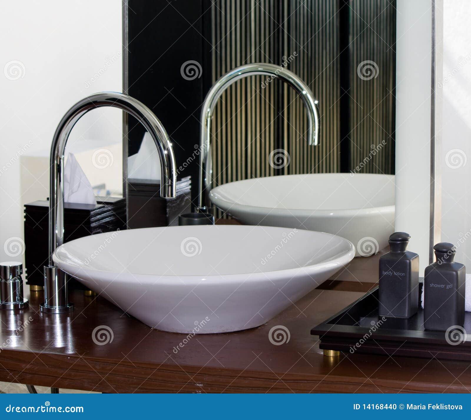 Torneira E Dissipador Modernos Do Banheiro Foto de Stock Imagem  #81A328 1300 1177