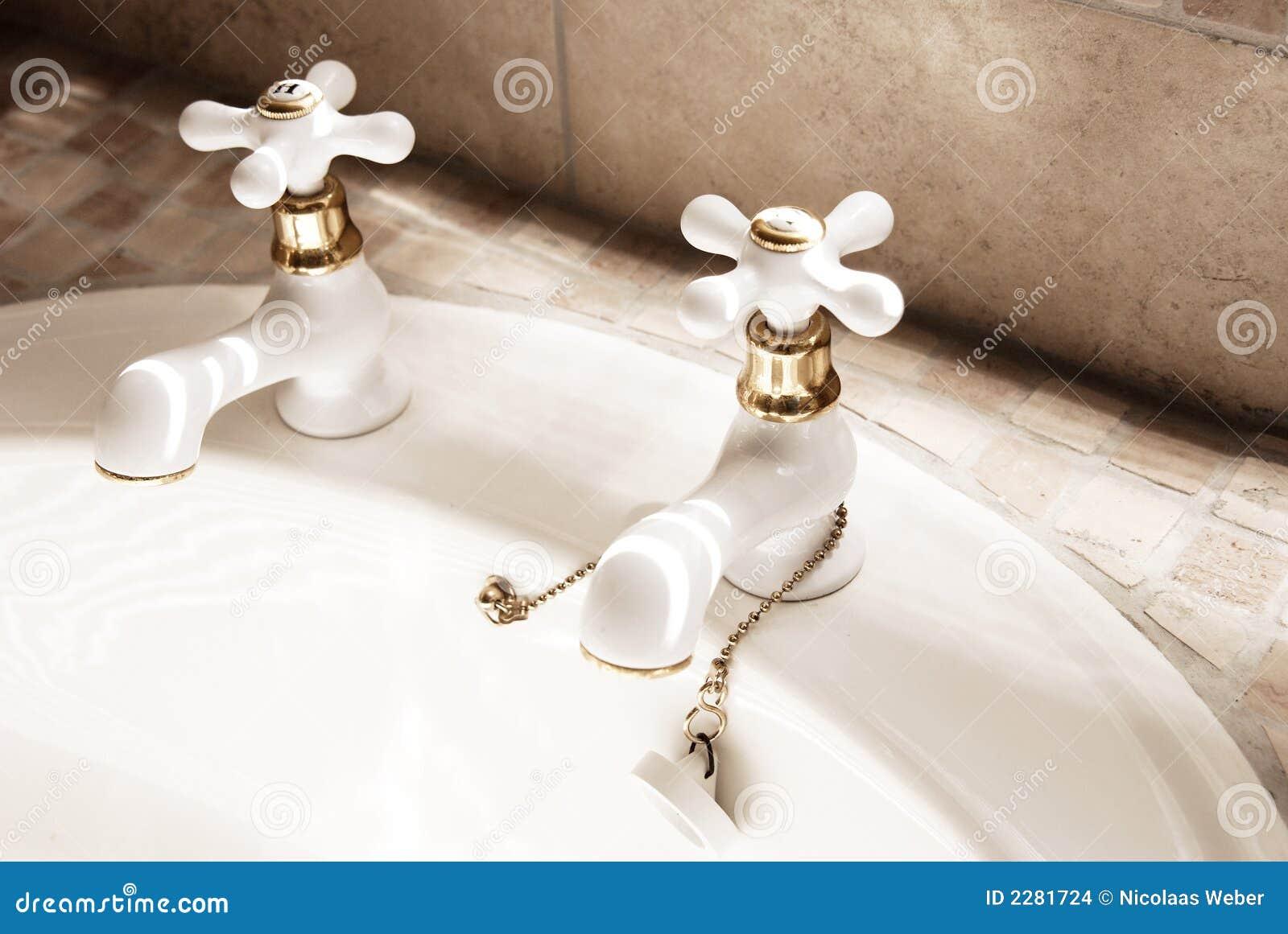 Torneiras Do Branco No Banheiro Moderno Imagens de Stock Imagem  #85A823 1300 960