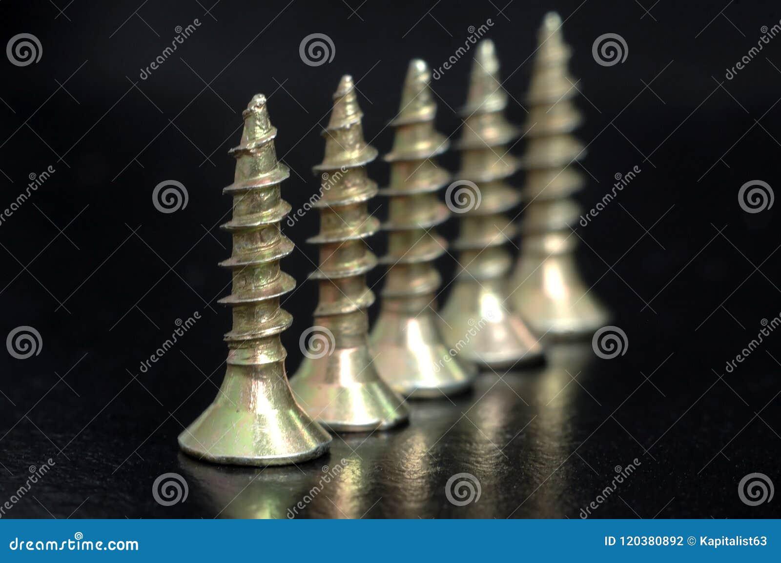 Tornillos de oro en la tabla