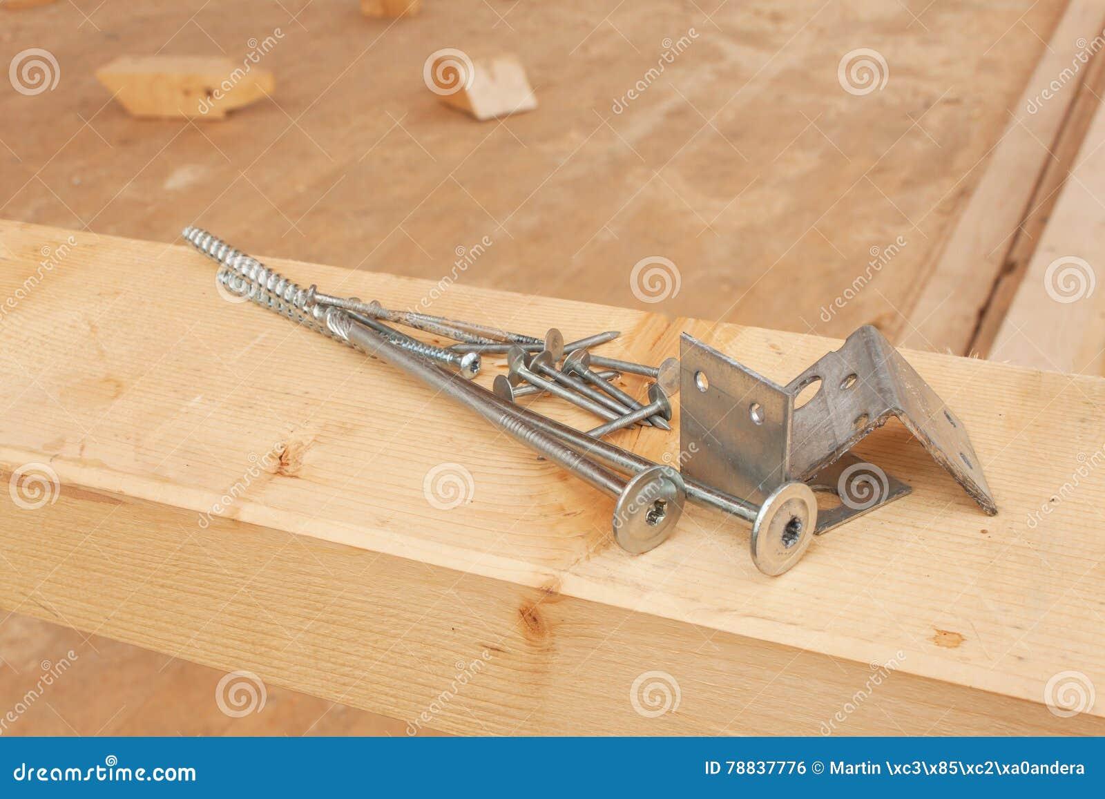 Tornillos y clavos para construir una casa de madera haces - Clavos para madera ...