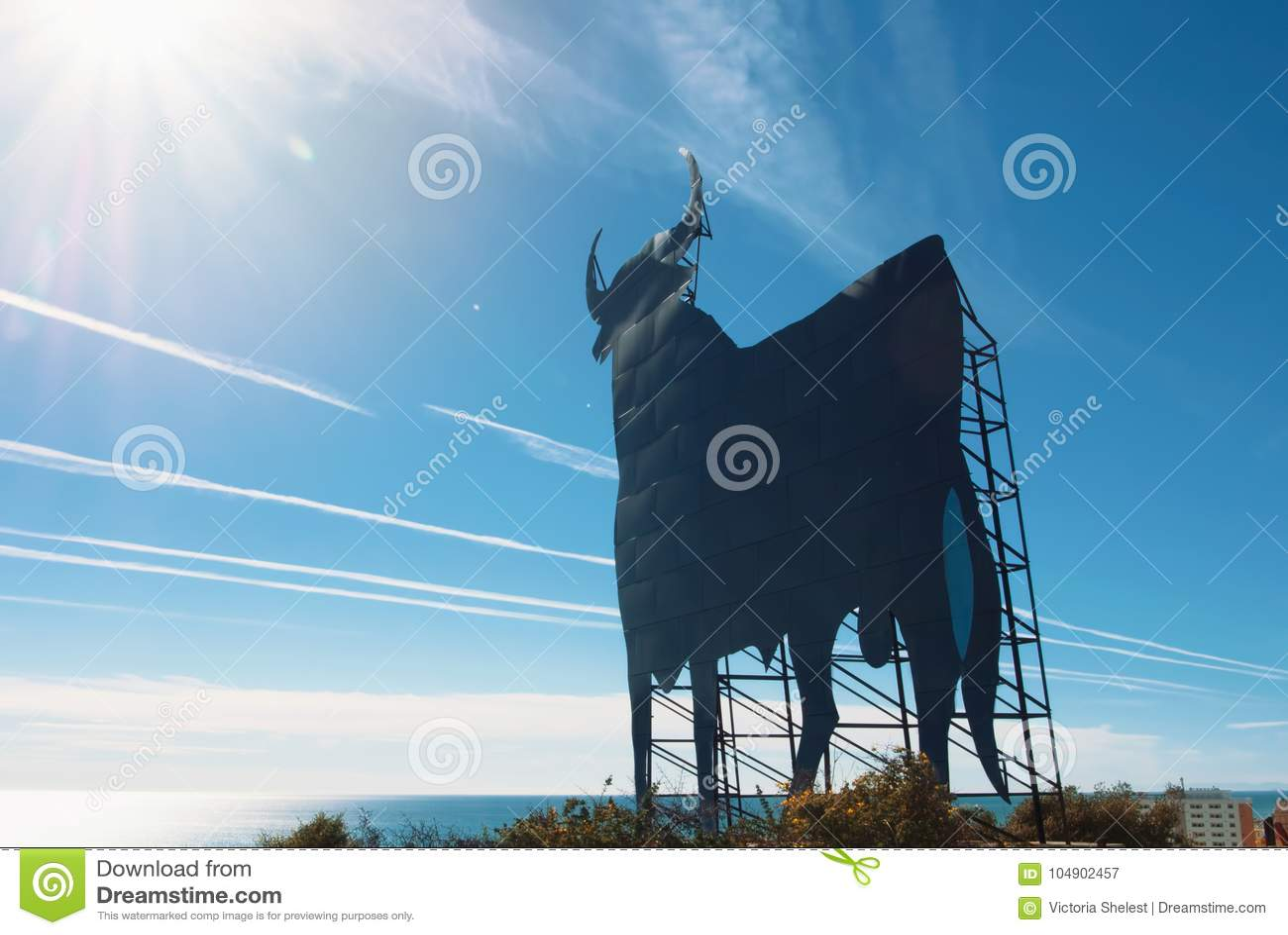 d4d59044a9bd Toro Osborne, symbole iconique de l Espagne, silhouette de taureau noir sur  la colline au-dessus de la ville de Fuengirola, la mer Méditerranée au fond