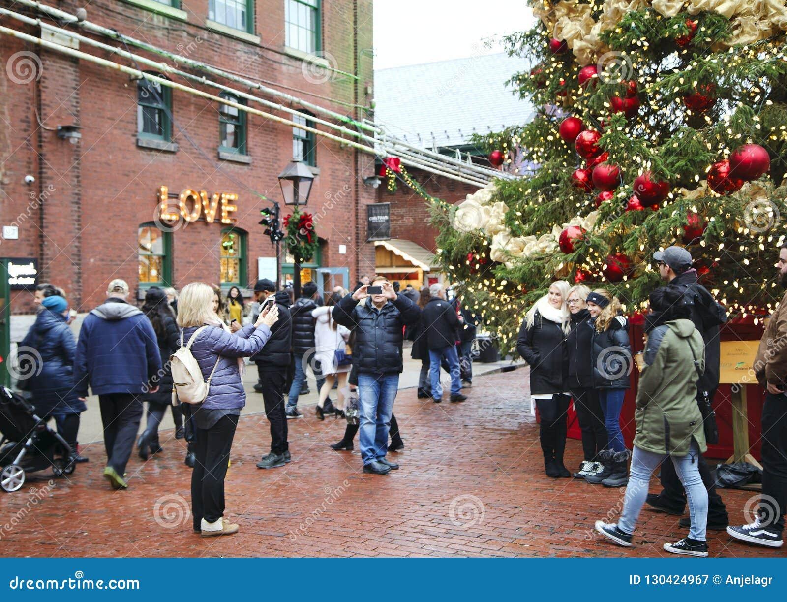 TORONTO, CANADÁ - 18 DE NOVIEMBRE DE 2017: La gente visita el mercado de la Navidad en el distrito histórico de la destilería, un