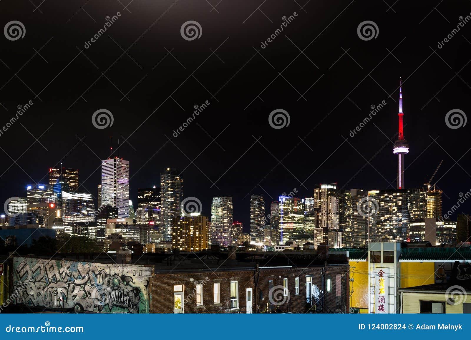 TORONTO DO CENTRO, SOBRE, CANADÁ - 23 DE JULHO DE 2017: A skyline do centro da cidade de Toronto na noite como vista do bairro ch