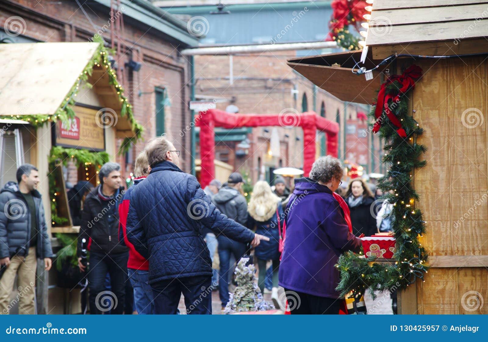 TORONTO KANADA - NOVEMBER 18, 2017: Folket besöker julmarknaden i historiskt område för spritfabriken, ett av Toronto gunstling