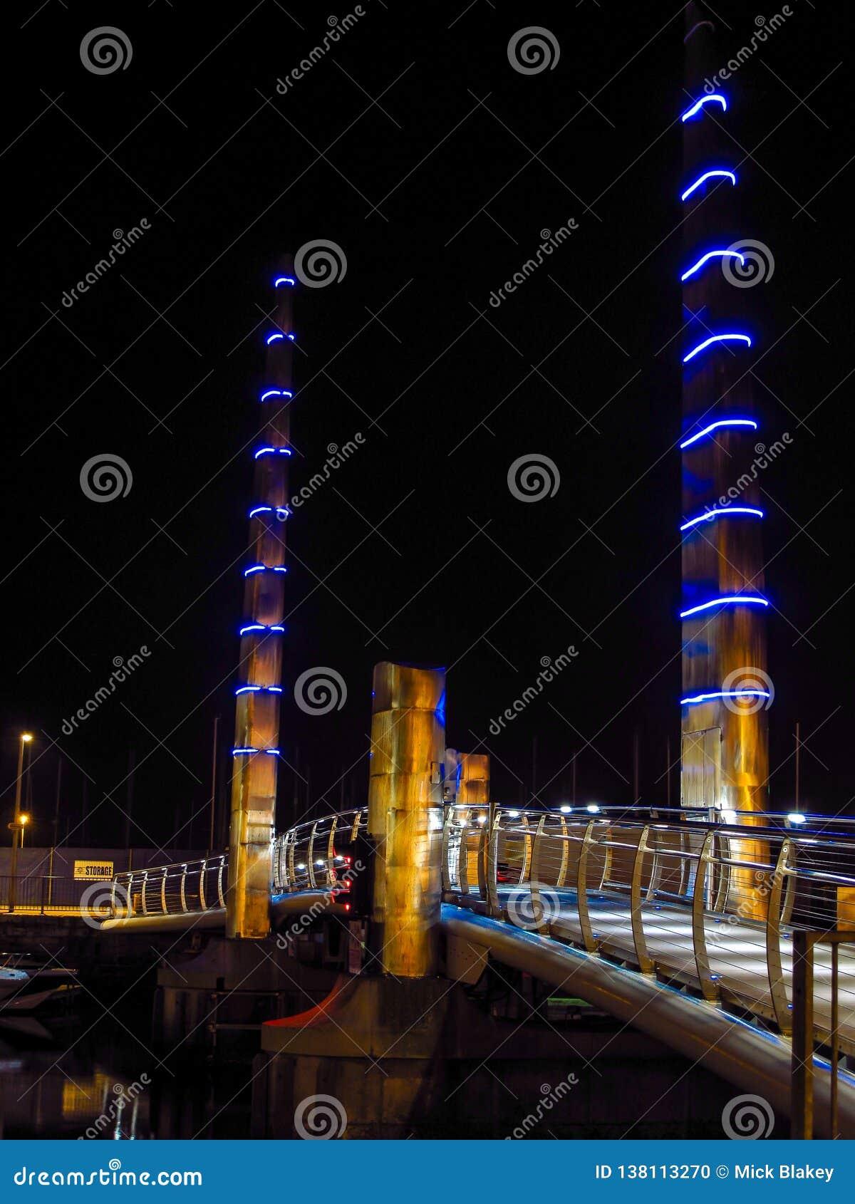 Torquay Marina Harbour Bridge, med blåa och guld- ljus