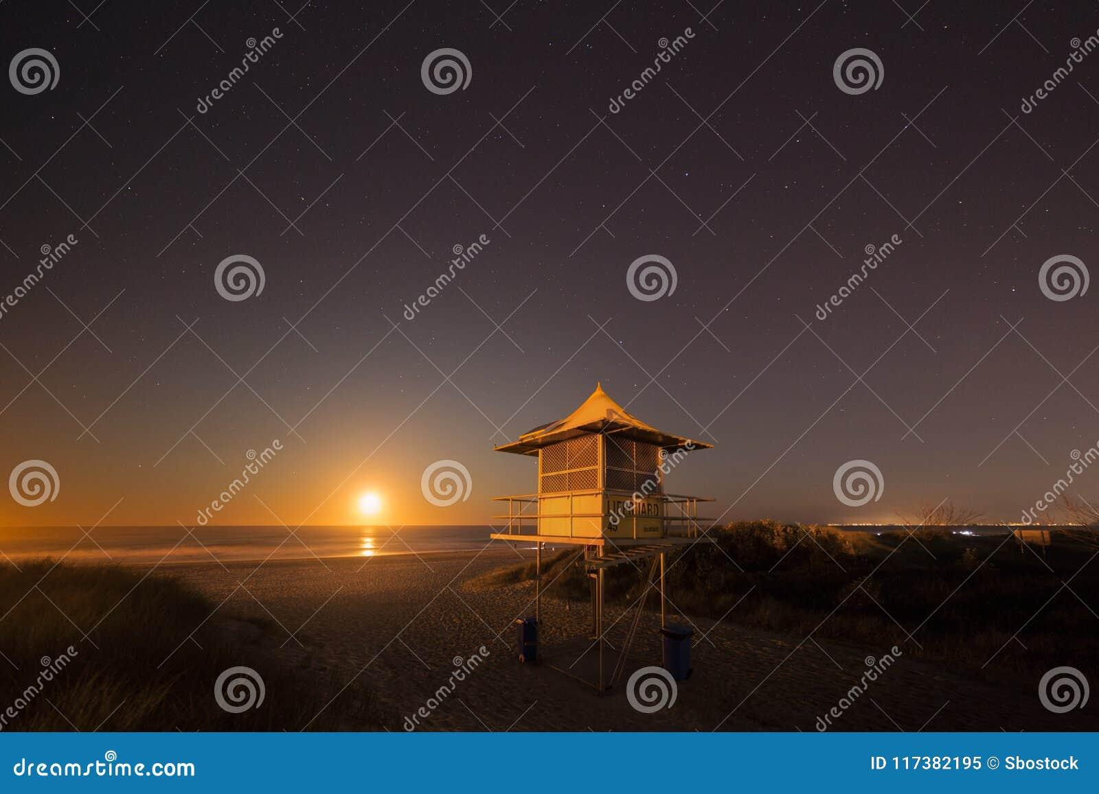 Torre alla notte, la Gold Coast Australia della pattuglia del bagnino