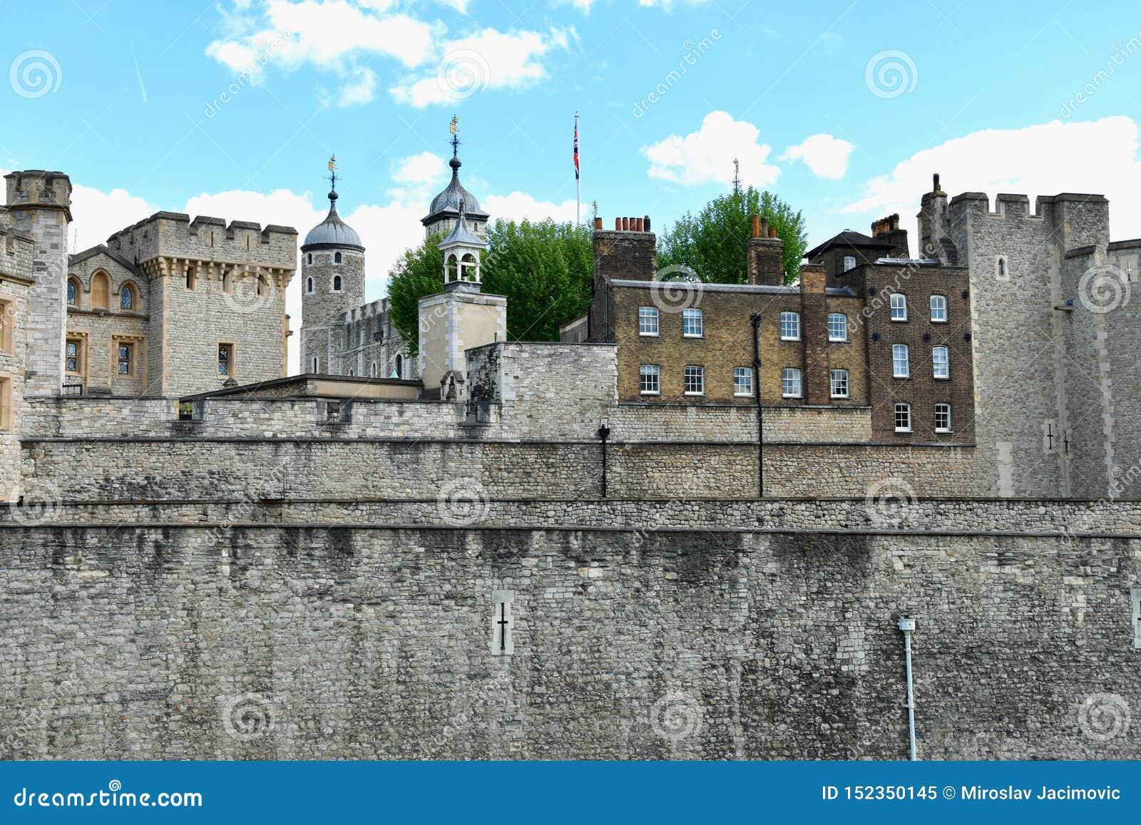A torre branca famosa e a torre de Londres do banco sul através do rio Tamisa Atração turística histórica popular na