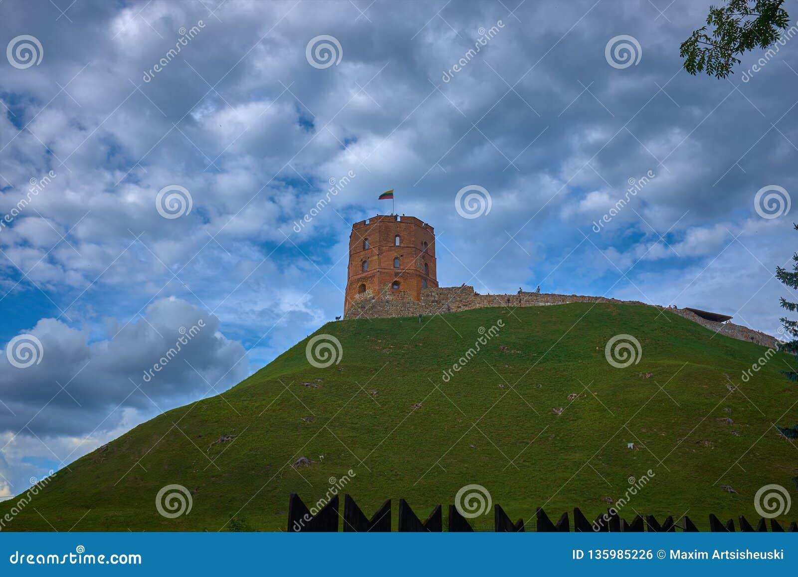 Torre da torre de Gediminas Gedimino no monte em Vilnius, Lituânia