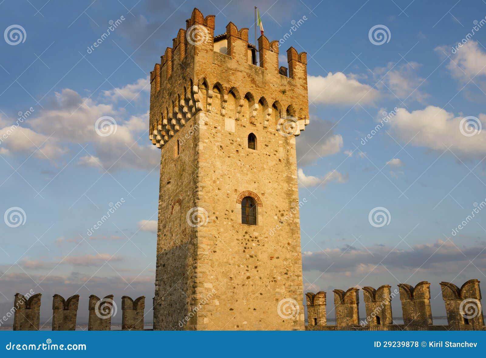 Download A Torre Da Fortaleza De Scaliger Em Sirmione Foto de Stock - Imagem de nuvens, italiano: 29239878