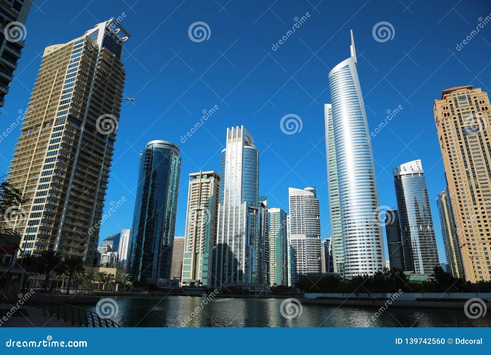 A torre de Almas e as torres dos lagos Jumeirah, multi mercadorias de Dubai centram-se, UAE
