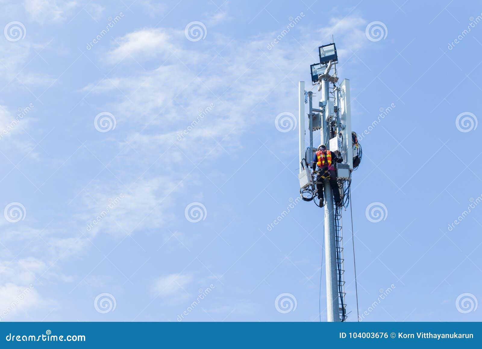 Torre de alta tecnología puesta ingeniero 4G 5G de la señal