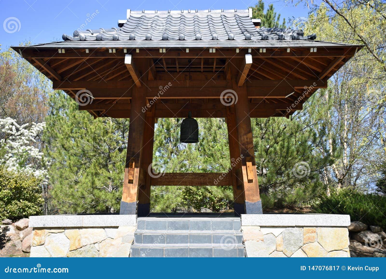 Torre de Bell japonesa do jardim de Sasebo