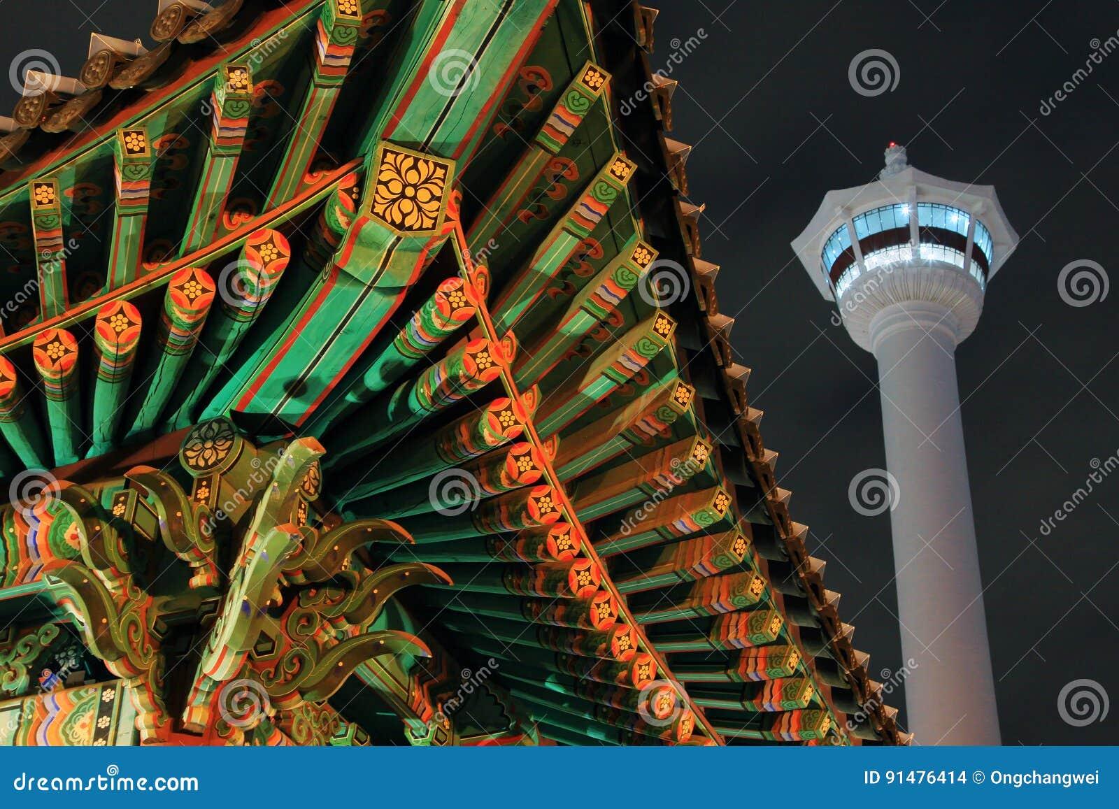 Torre de Busán en la noche