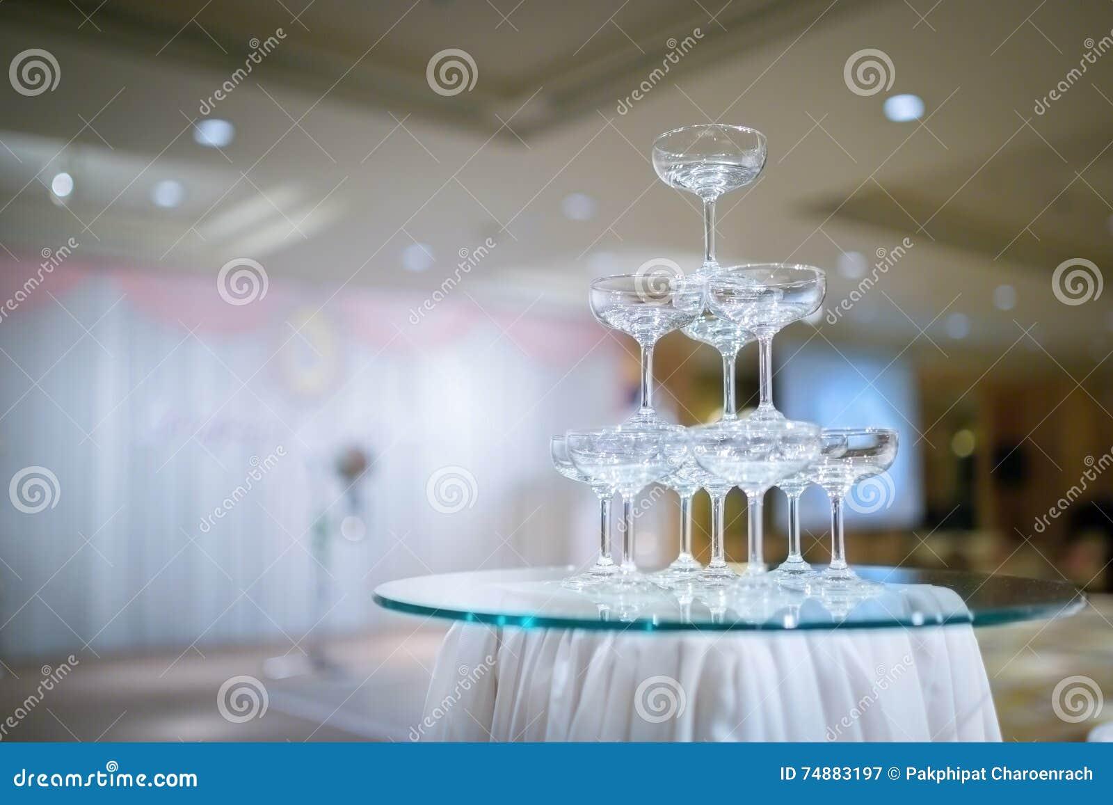 Torre de Champagne na cerimônia de casamento - Foco seletivo