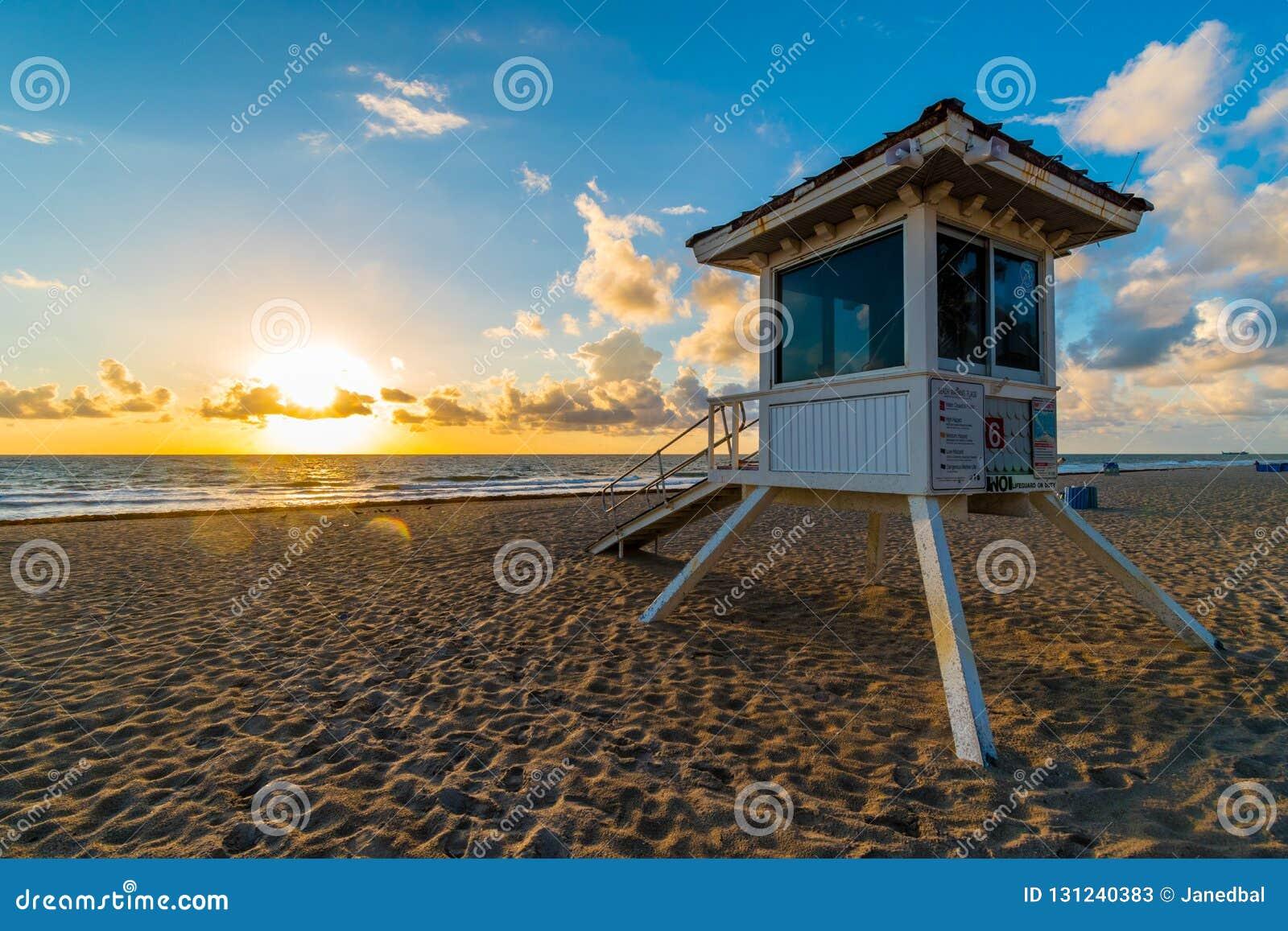 Torre de guardia de vida en Miami Beach en salida del sol, la Florida, los Estados Unidos de América