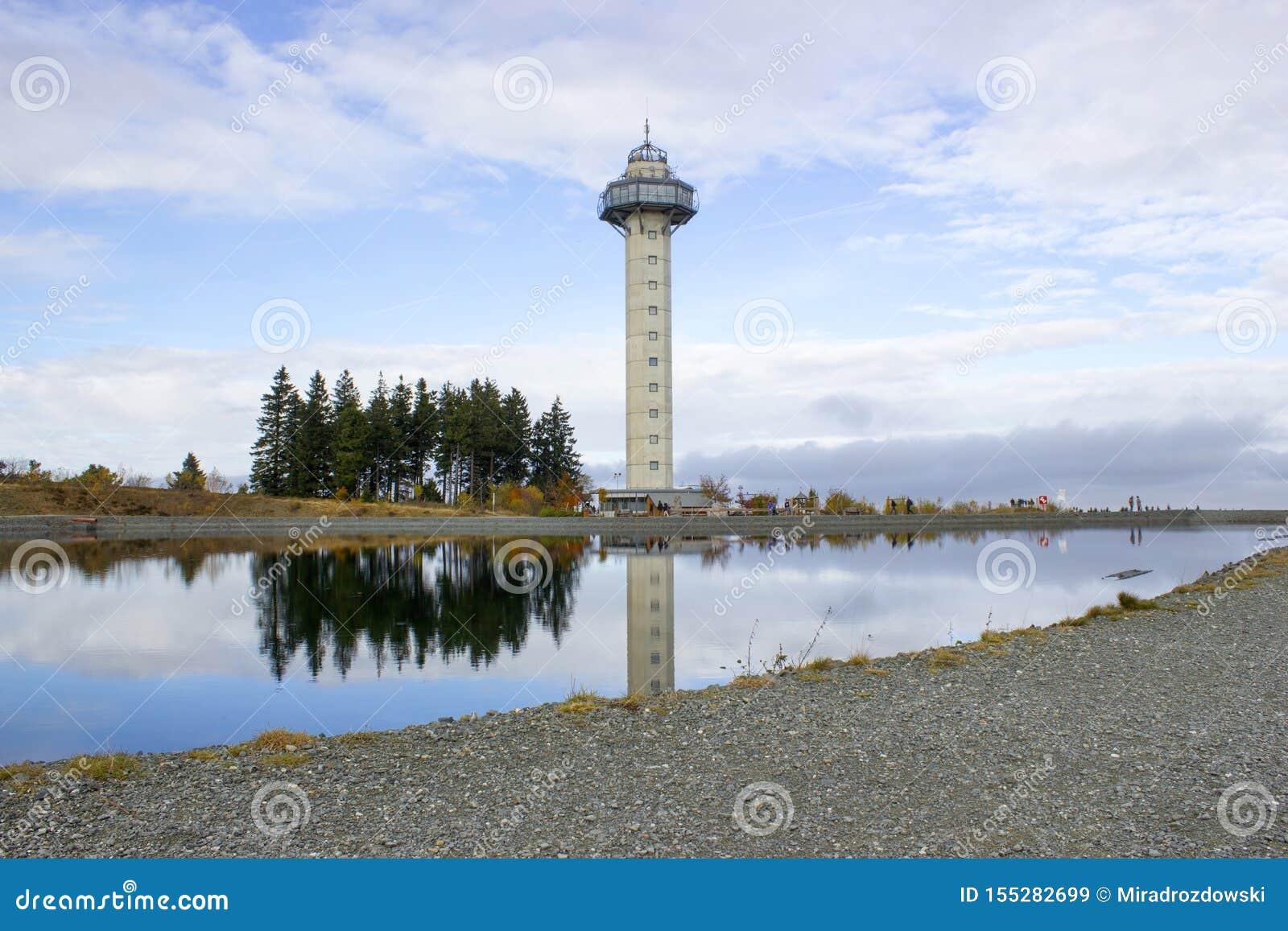 A torre de Hochheide na cimeira da montagem Ettelsberg em Willingen