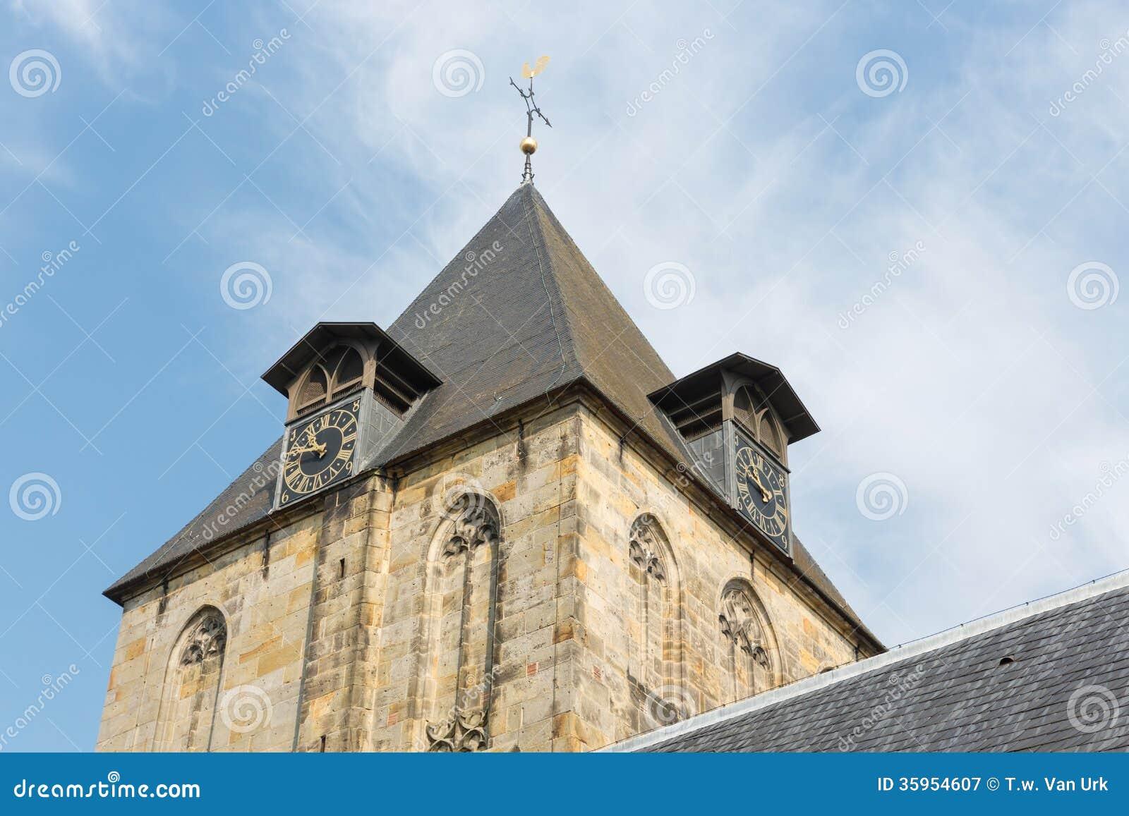 Torre de iglesia de poco pueblo Delden en los Países Bajos