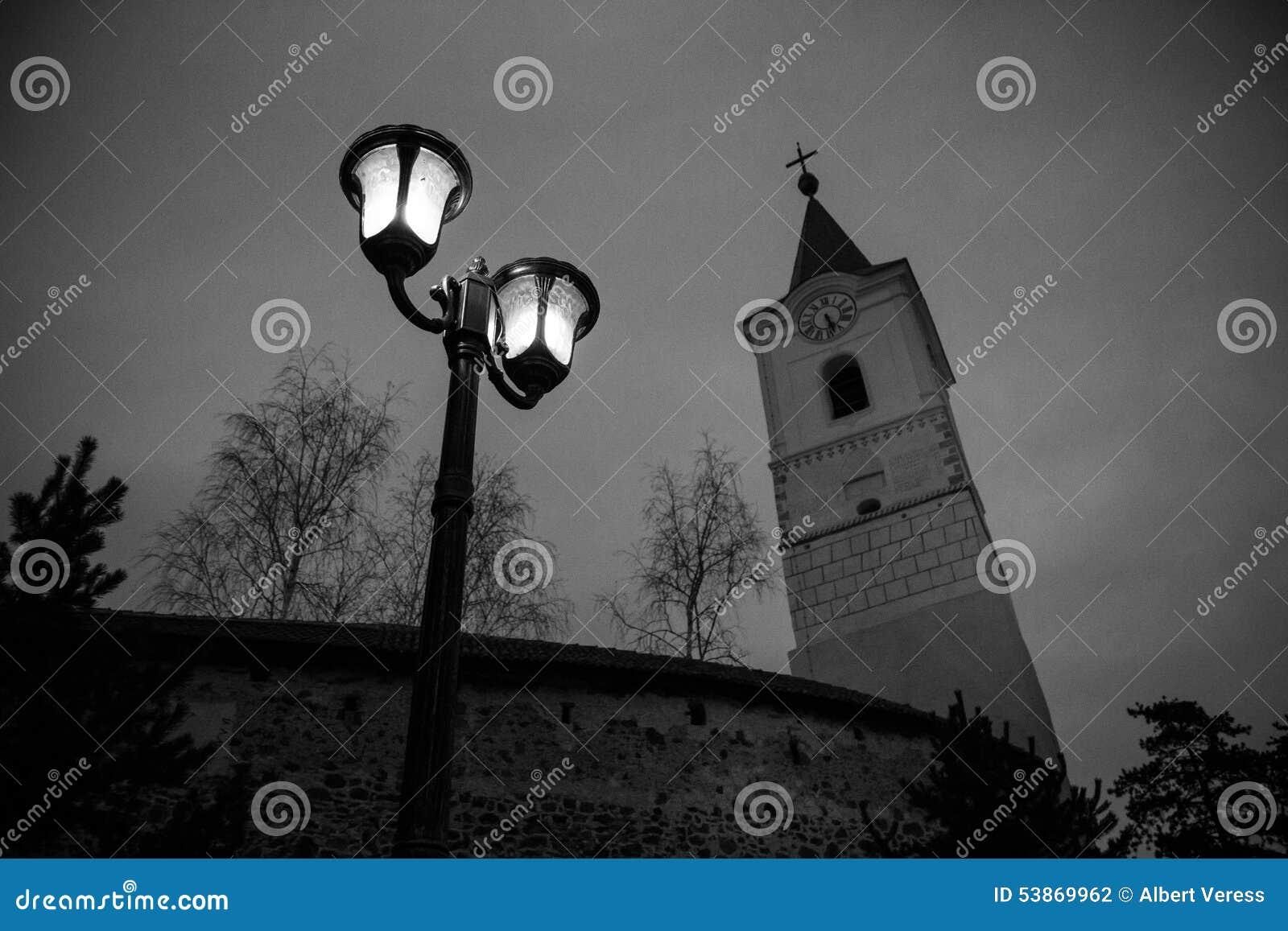 Torre de iglesia y lámpara de calle II
