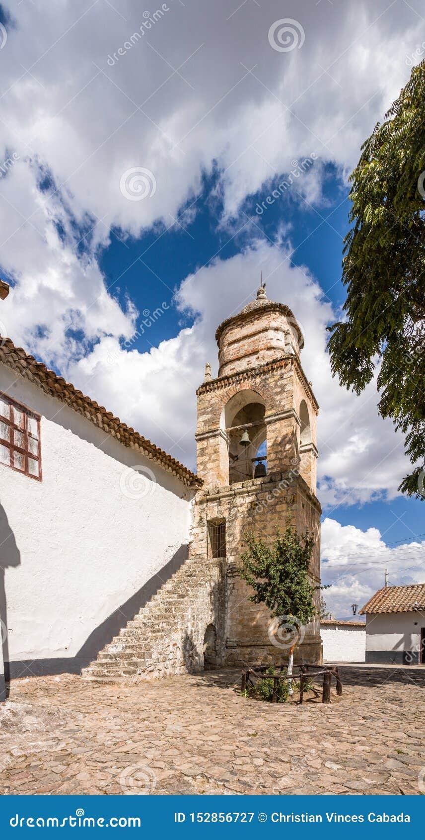Torre de igreja nos Andes
