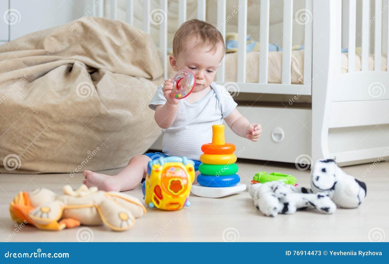 Torre de junta del juguete del bebé lindo en piso Concepto de edu del bebé