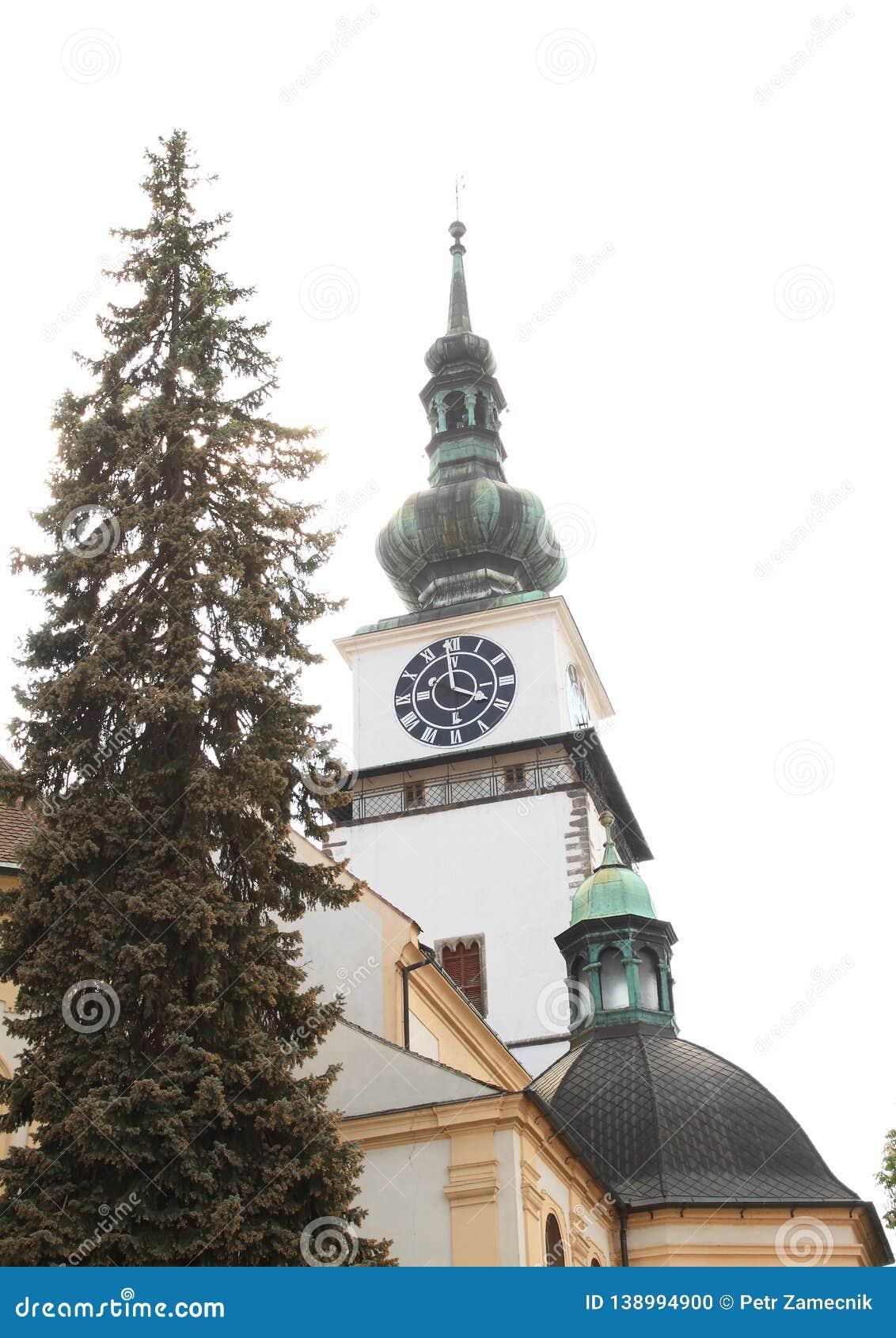 Torre de la ciudad detrás de la iglesia de San Martín en Trebic