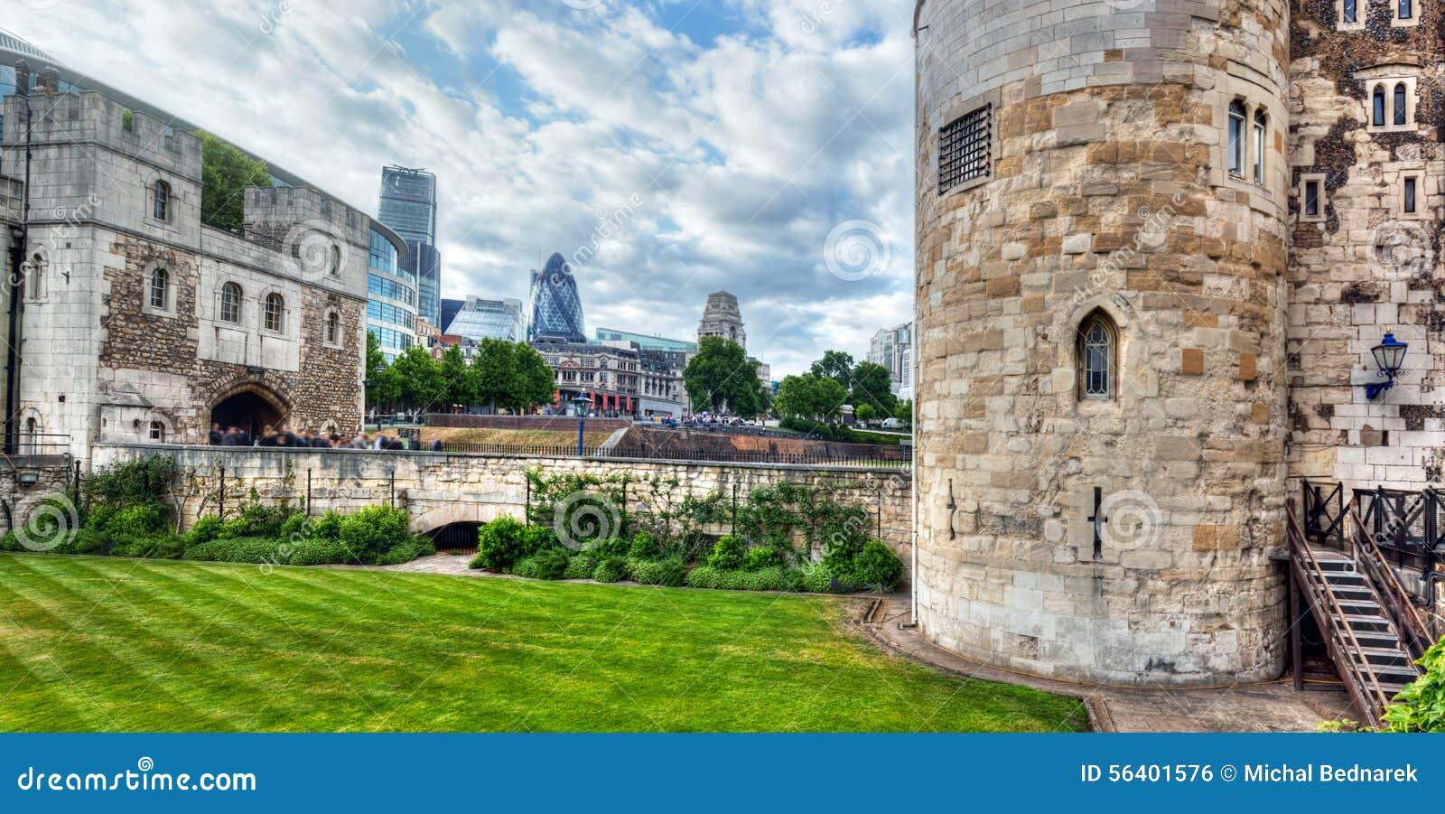 A torre de Londres e do distrito da cidade com arranha-céus do pepino, o Reino Unido