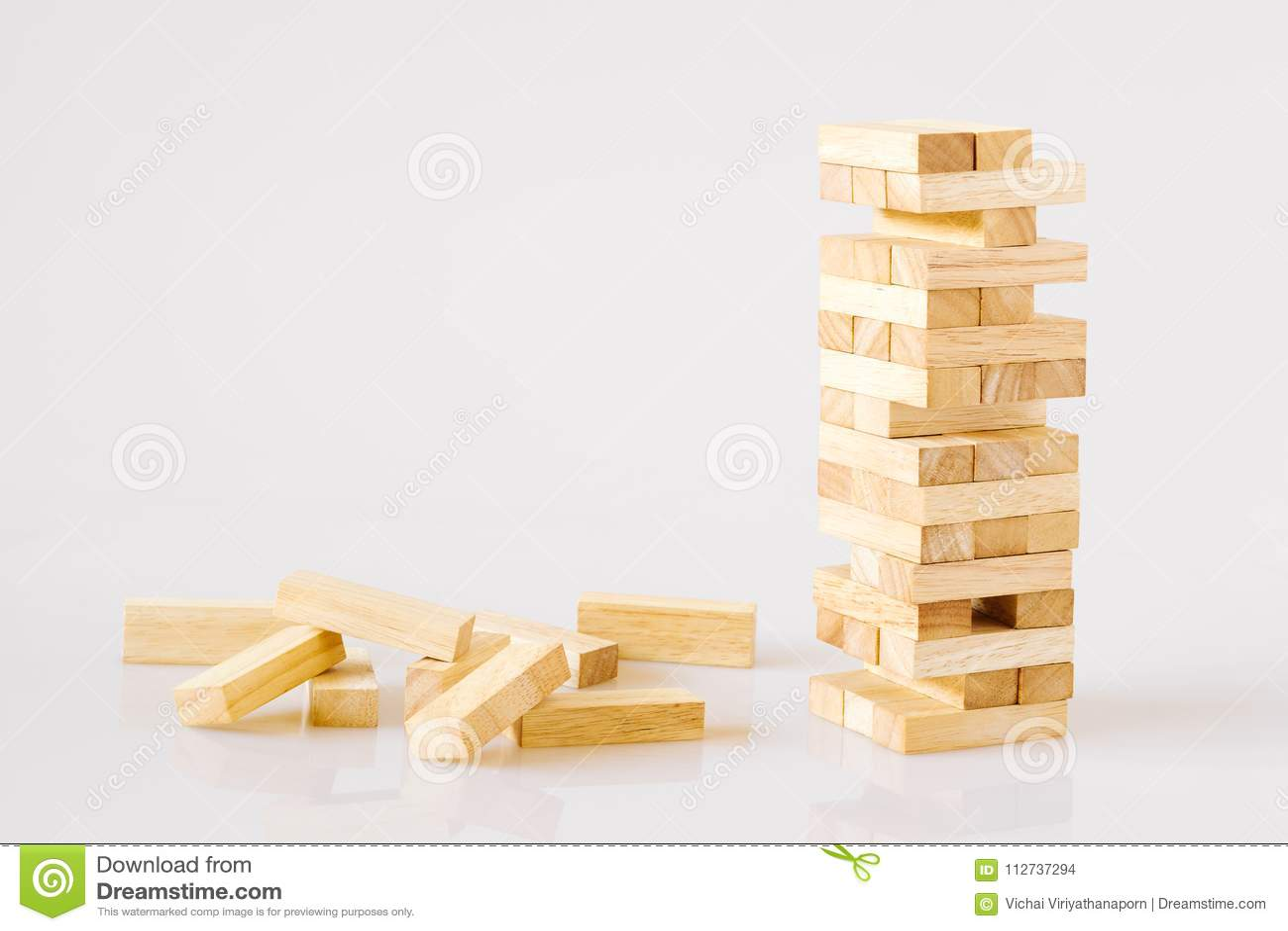 Torre de madera de las unidades de creación aislada en el fondo blanco con c