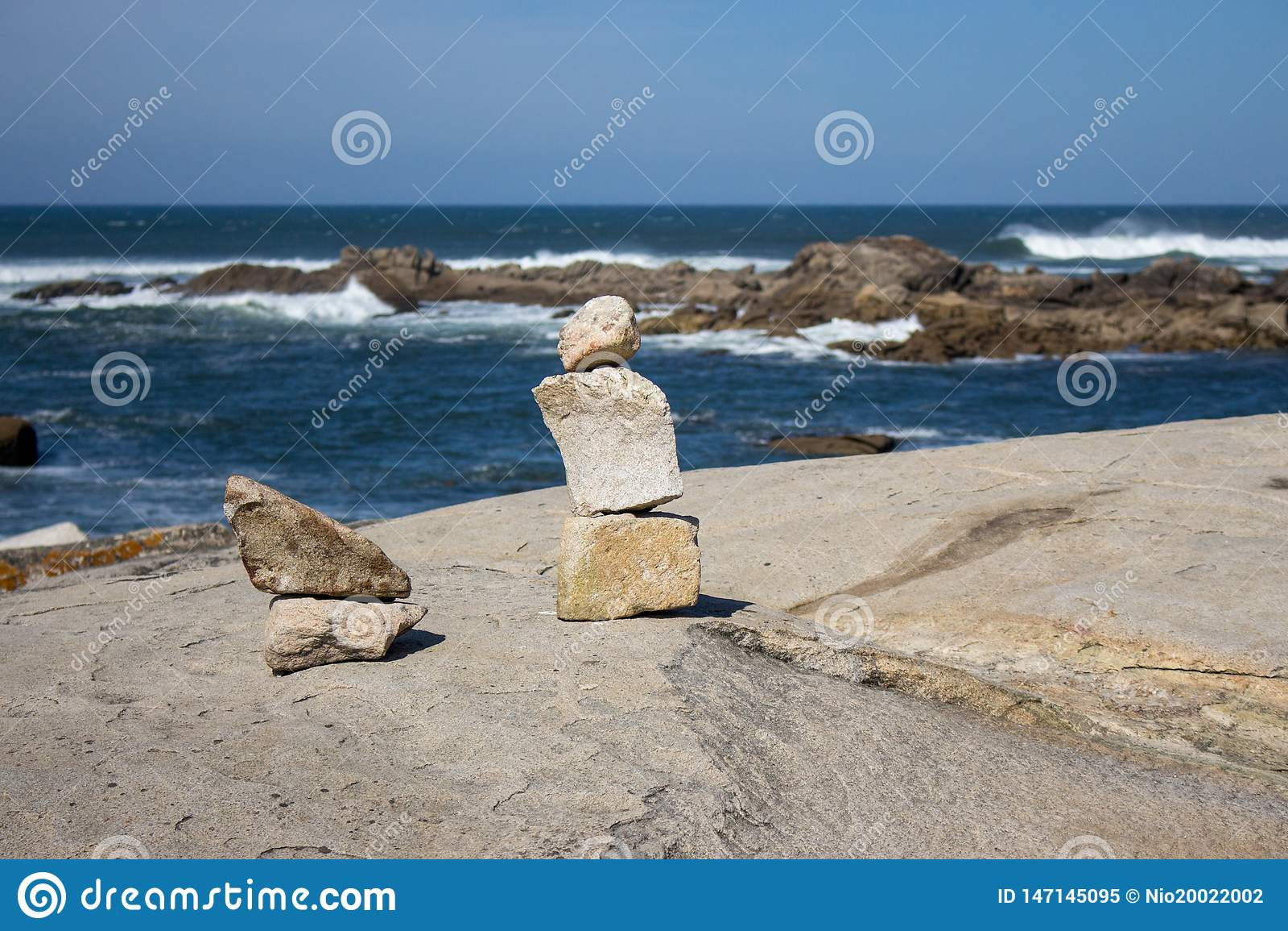 Torre de pedras pequenas na costa do oceano com as rochas no fundo Seascape com arte de pedra Conceito do equil?brio e da harmoni