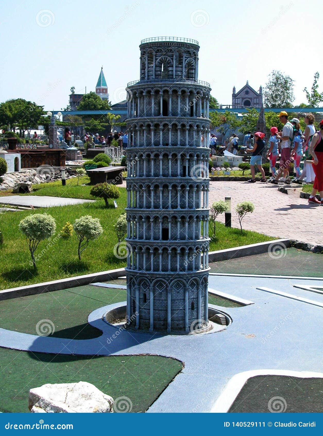Torre de Pisa en el parque temático 'Italia en la miniatura 'Italia en el miniatura Viserba, Rímini, Italia
