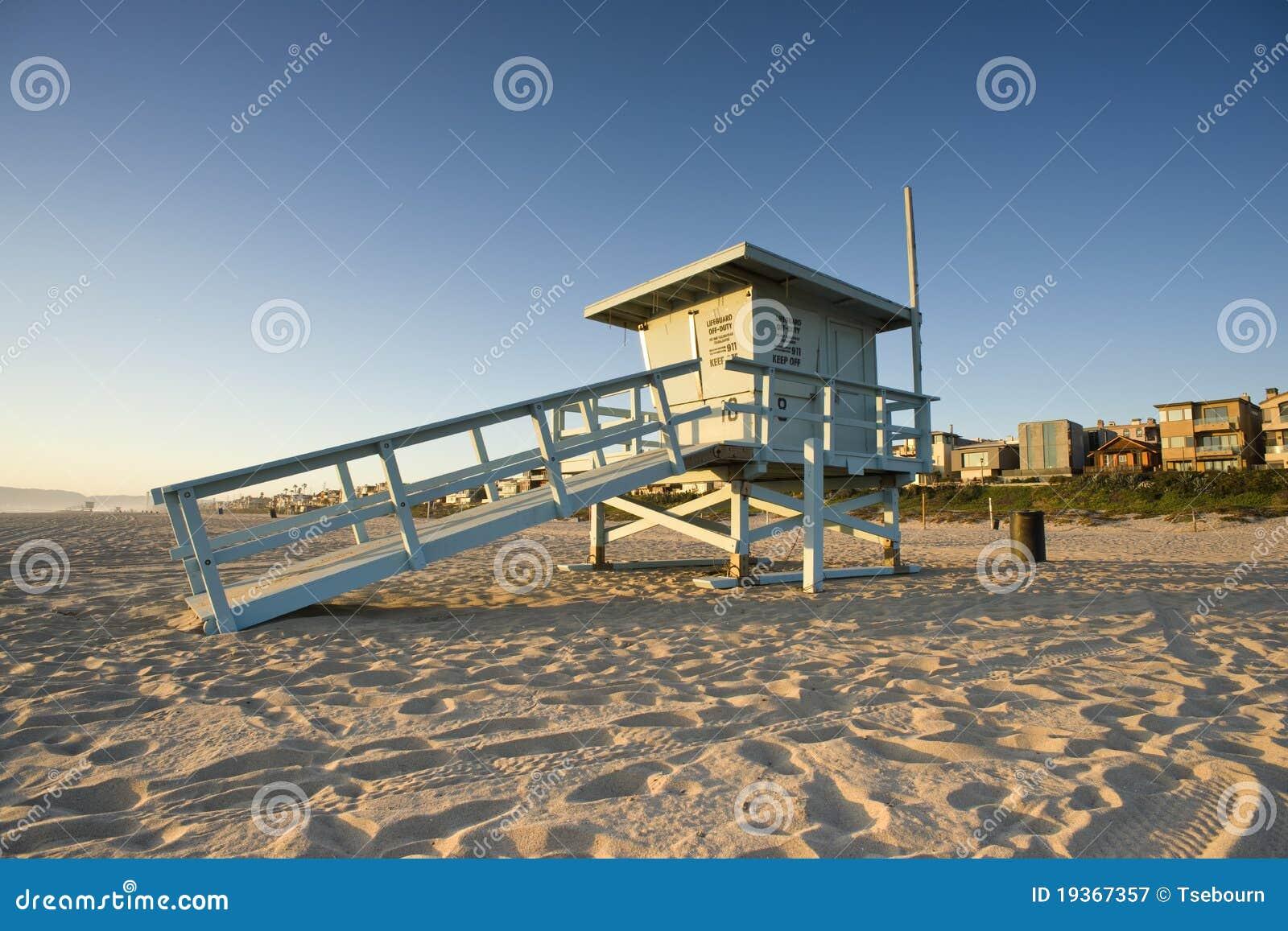 Torre de protetor da vida no por do sol
