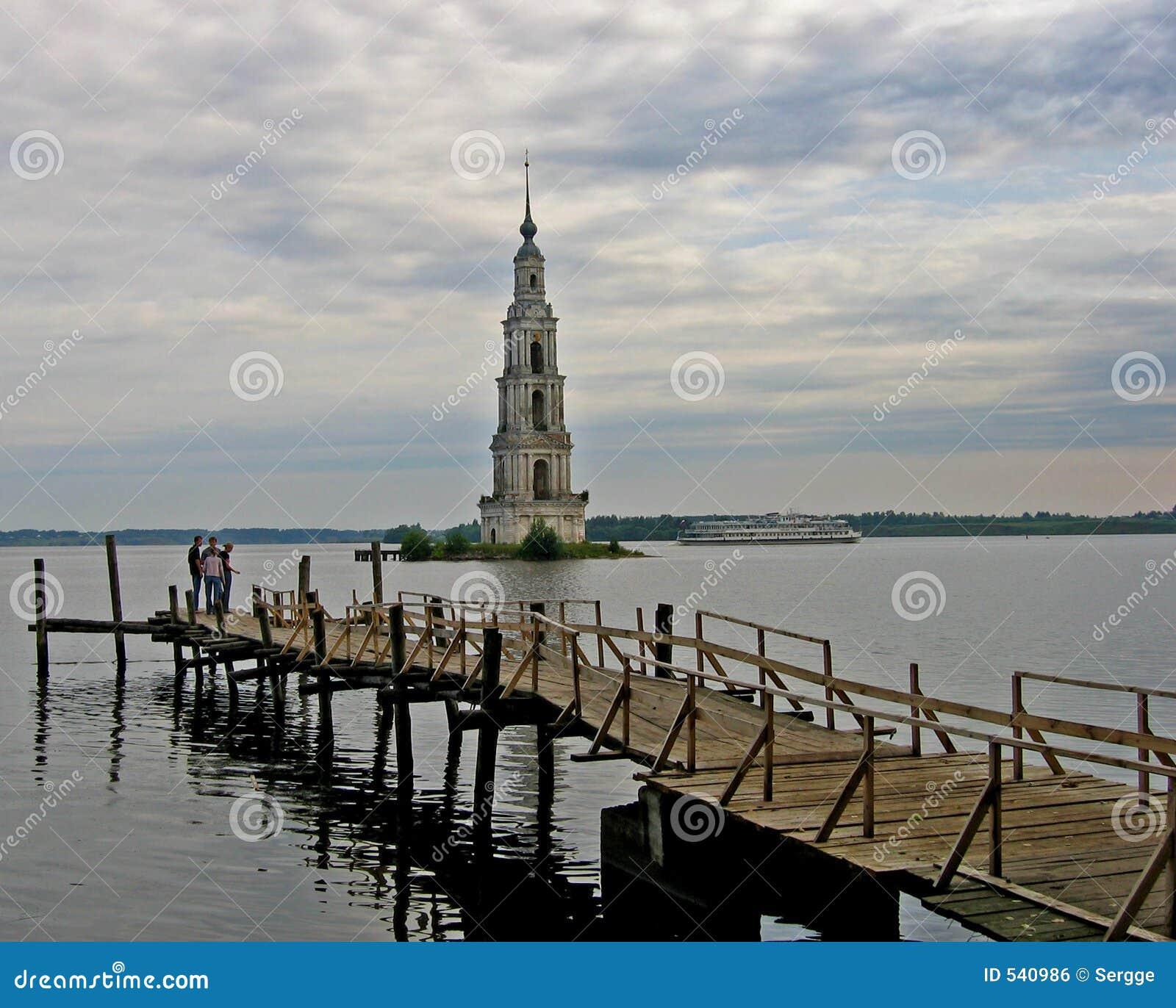 Torre de sino afogada em Kalyasin, Rússia