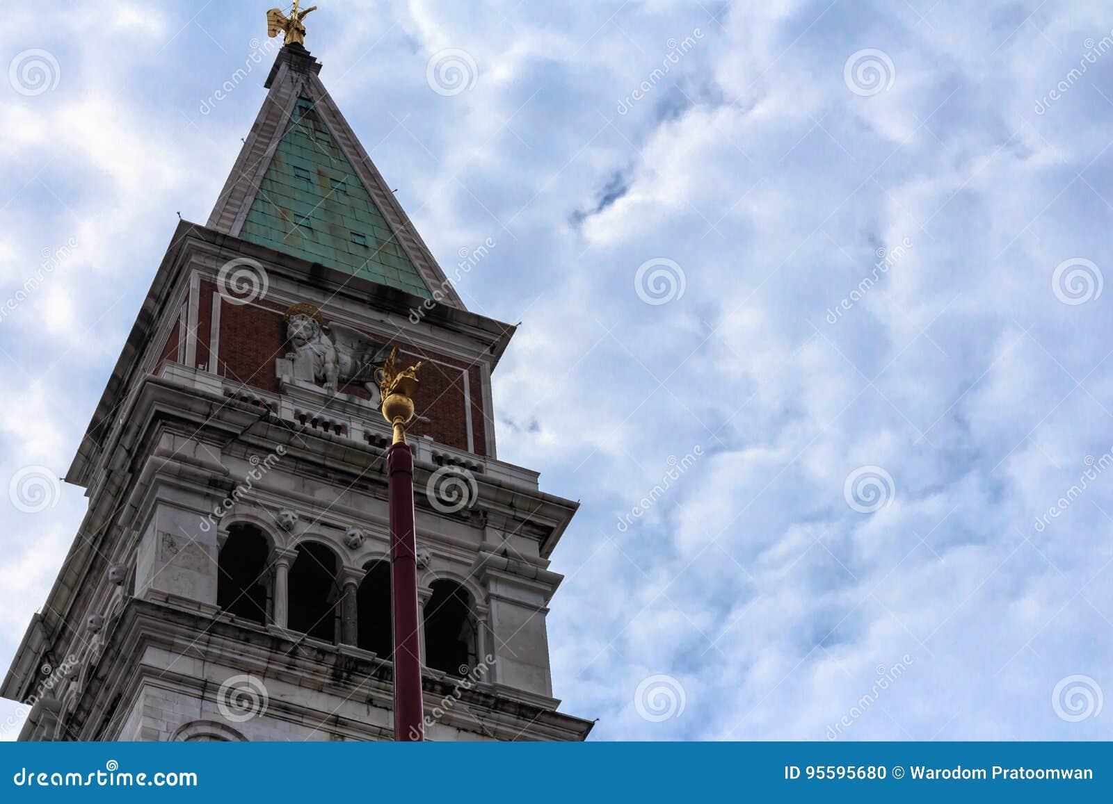 Torre de sino ascendente fechado do marco de San com fundo do céu azul