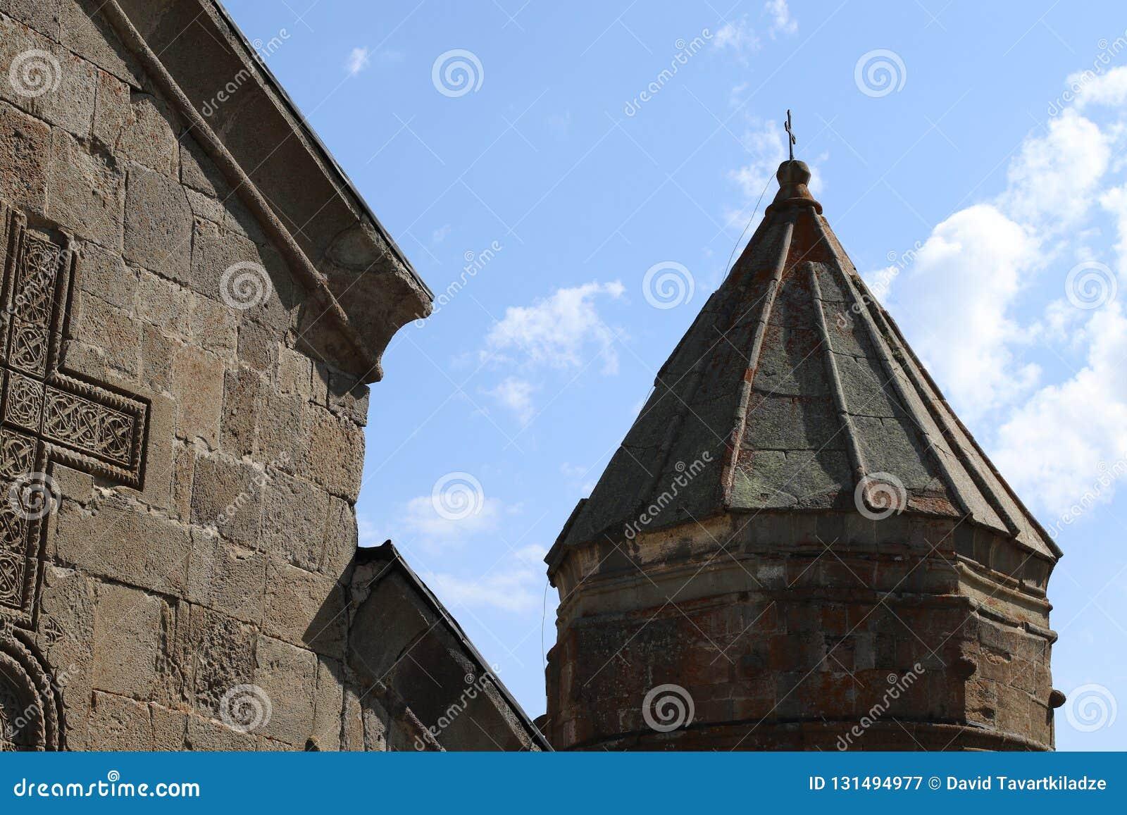 Torre de sino da igreja de Stepantsminda em Geórgia